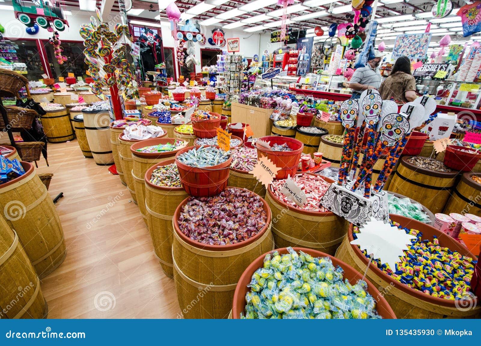 MONTEREY, CALIFORNIË: Een taffy winkel op het toeristengebied van Conservenfabriek Roy verkoopt snoepjes in elk denkbaar aroma