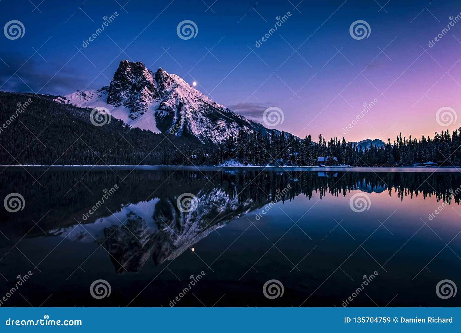 Monteringsborgaren reflekterade i Emerald Lake på natten
