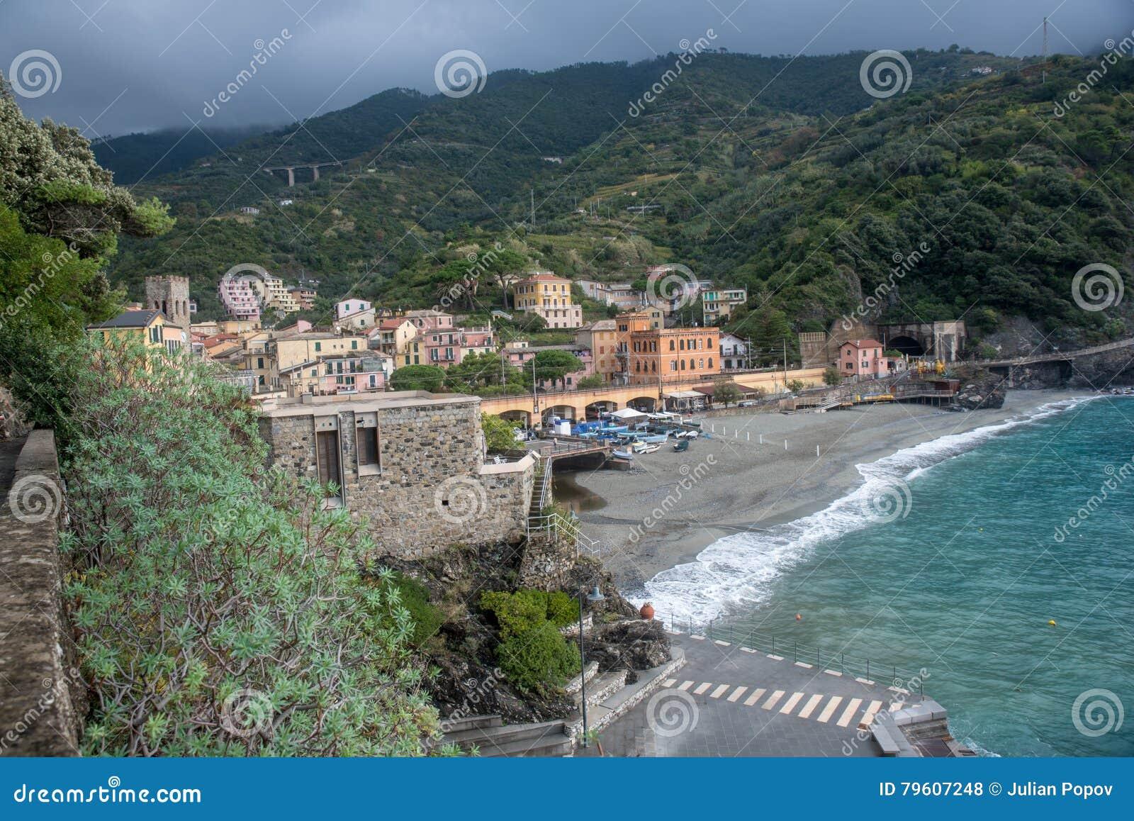 MONTEROSSO, ITÁLIA - 24 de outubro de 2016: Vista da praia e da vila