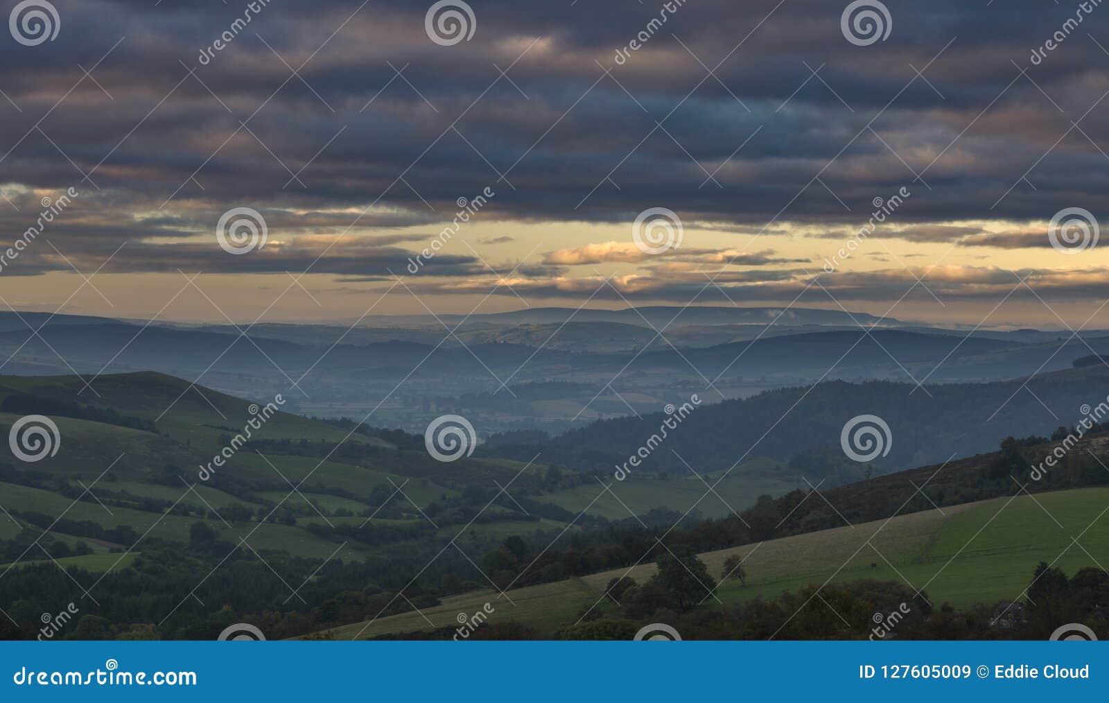 Montes britânicos do campo em Misty Autumnal Morning