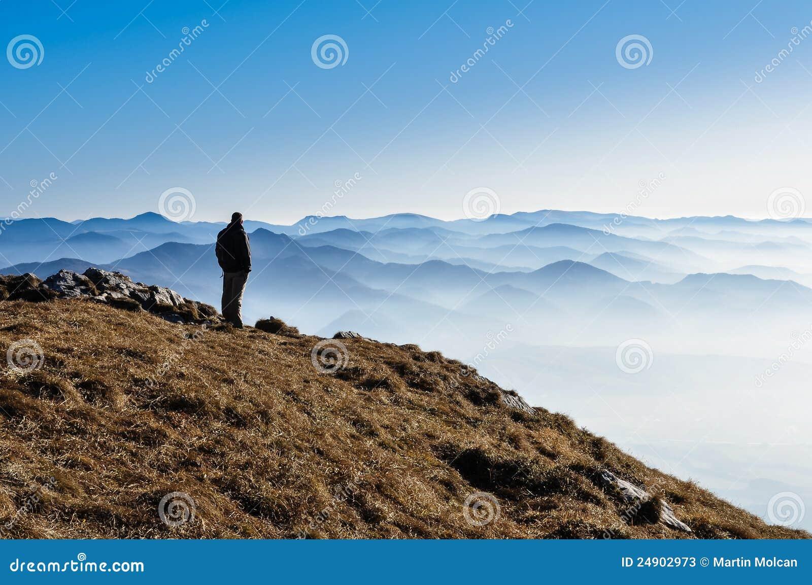 c7bdf88cb Montes Da Montanha E Silhueta Enevoados De Um Homem Imagem de Stock ...