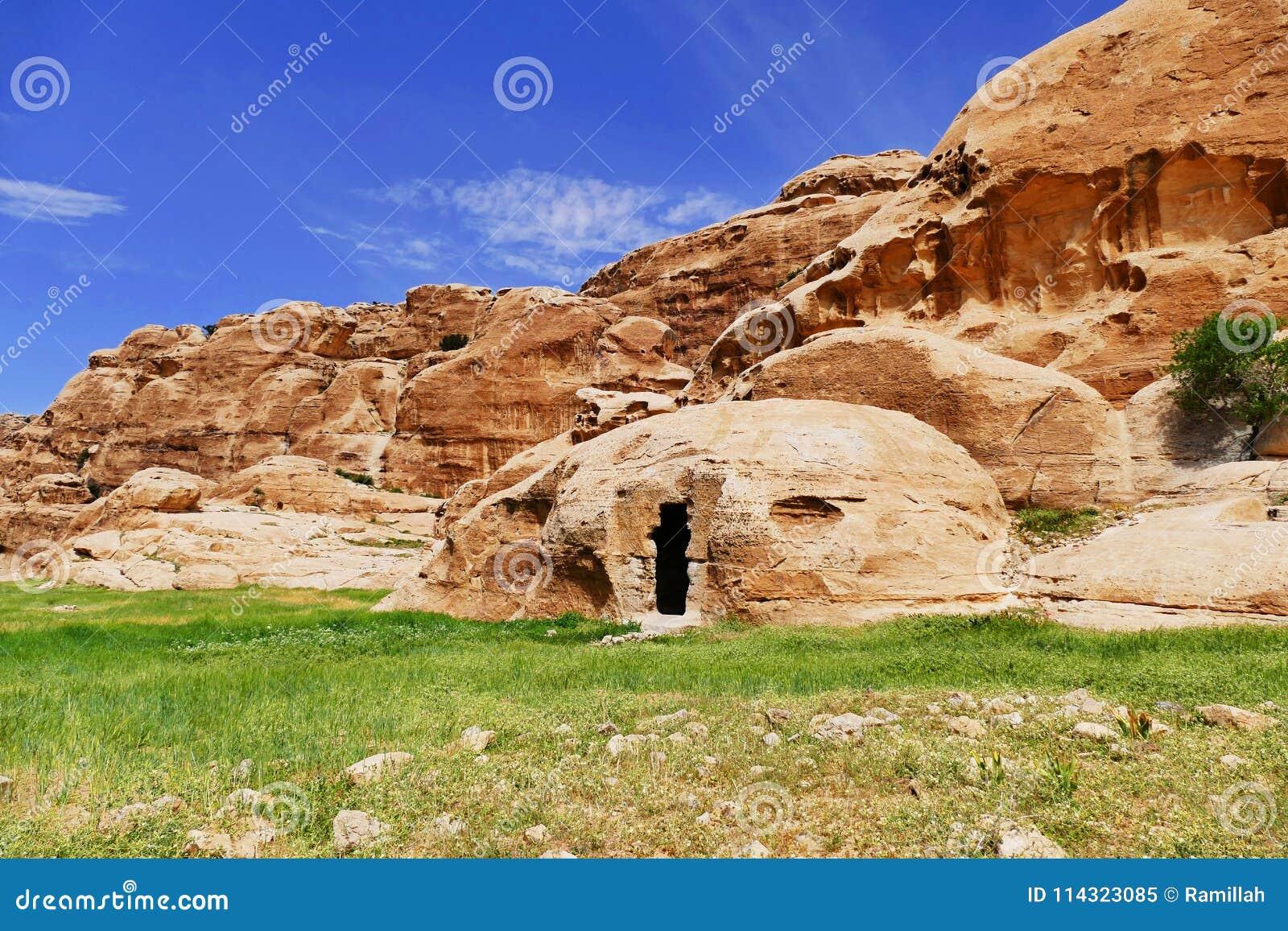 Montes do arenito e estrutura em pouco PETRA, Jordânia do Rocha-corte