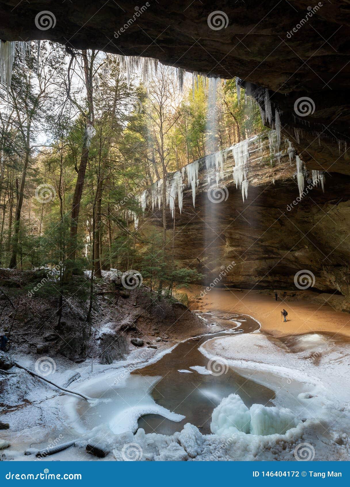 Montes Ohio de Hocking da caverna da cinza