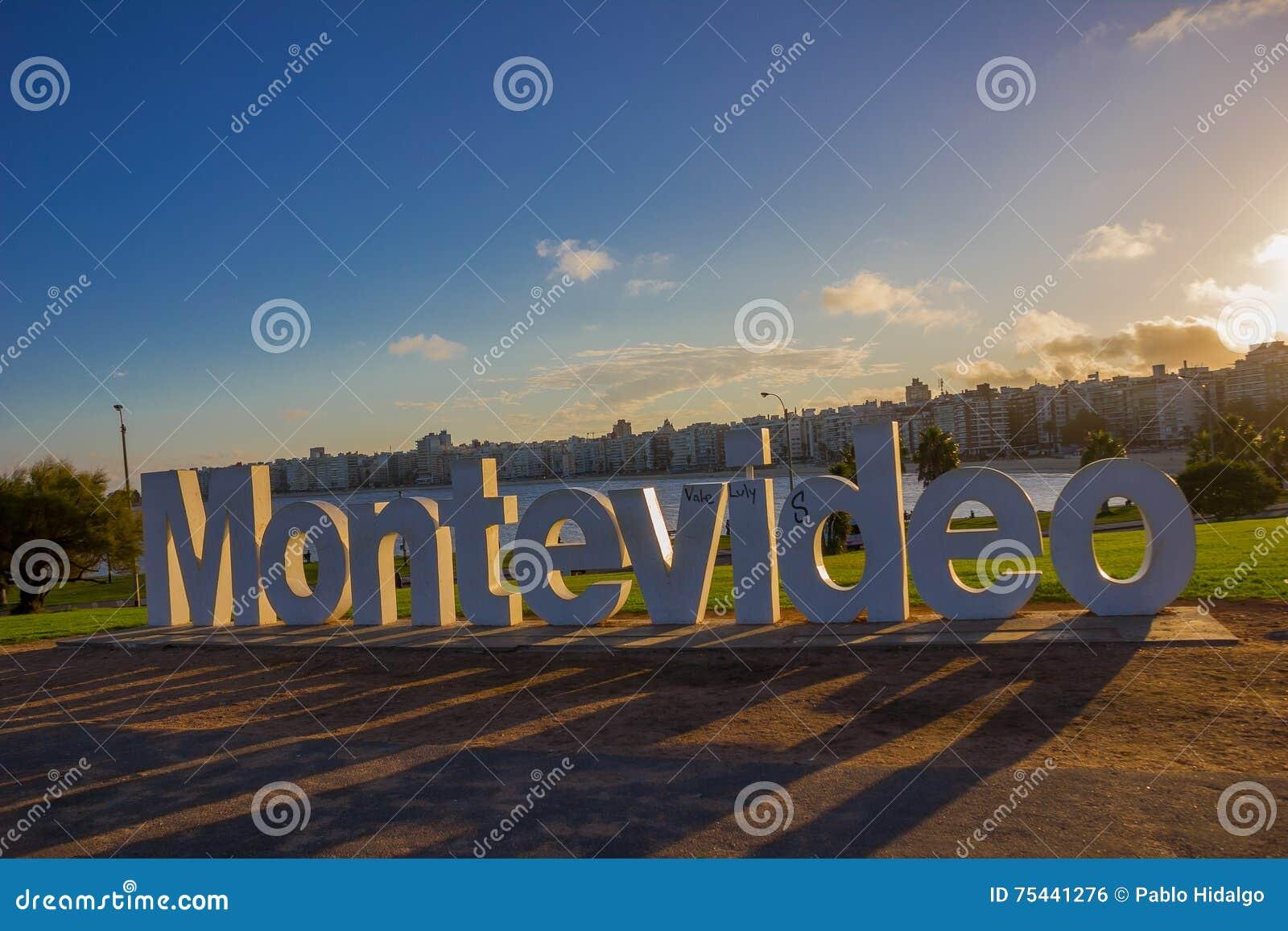 MONTEVIDEO URUGUAY - MAJ 04, 2016: montevideos tecken som är skadat vid några graffitis med staden som bakgrund
