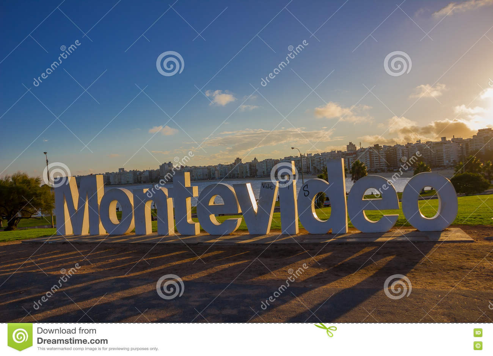 MONTEVIDEO URUGWAJ, MAJ, - 04, 2016: montevideo znak uszkadzający niektóre graffitis z miastem jako tło
