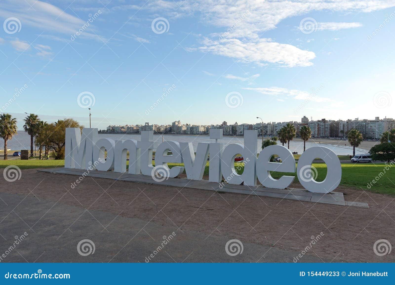 Montevideo-Zeichen und -Skyline am La Rambla