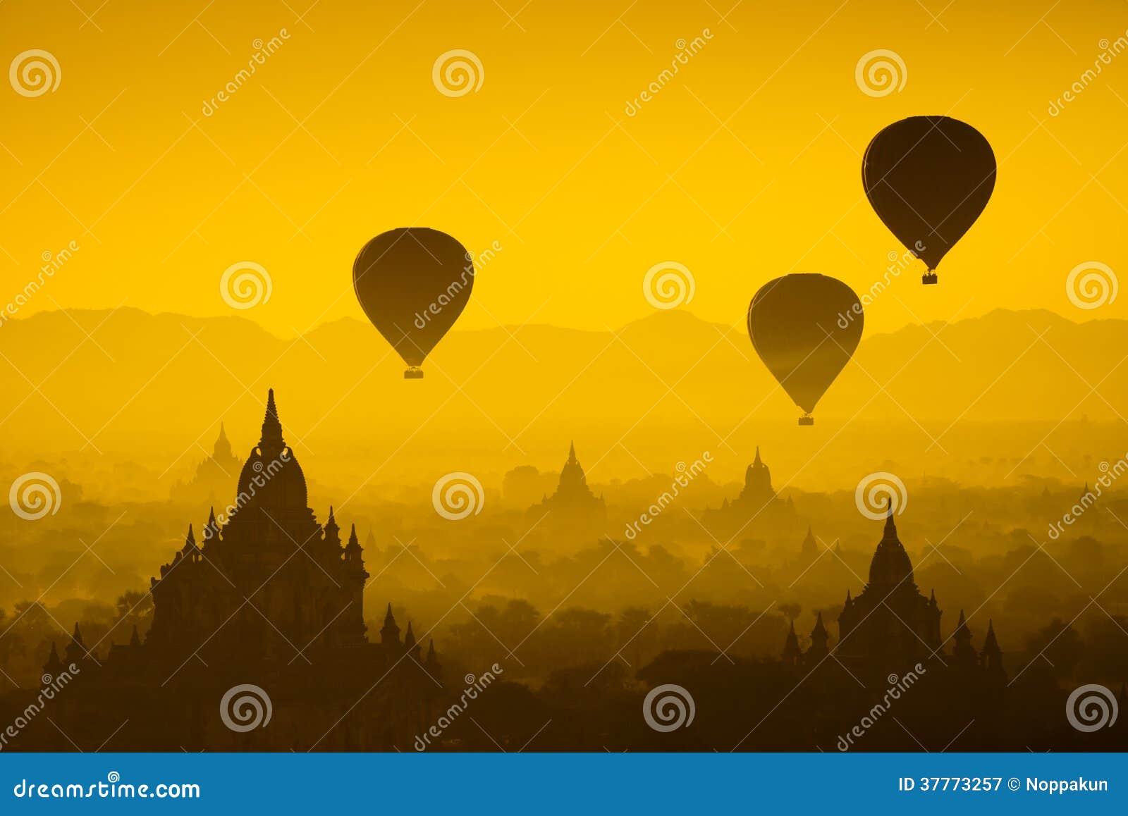 Montez en ballon au-dessus de la plaine de Bagan dans le matin brumeux, Myanmar