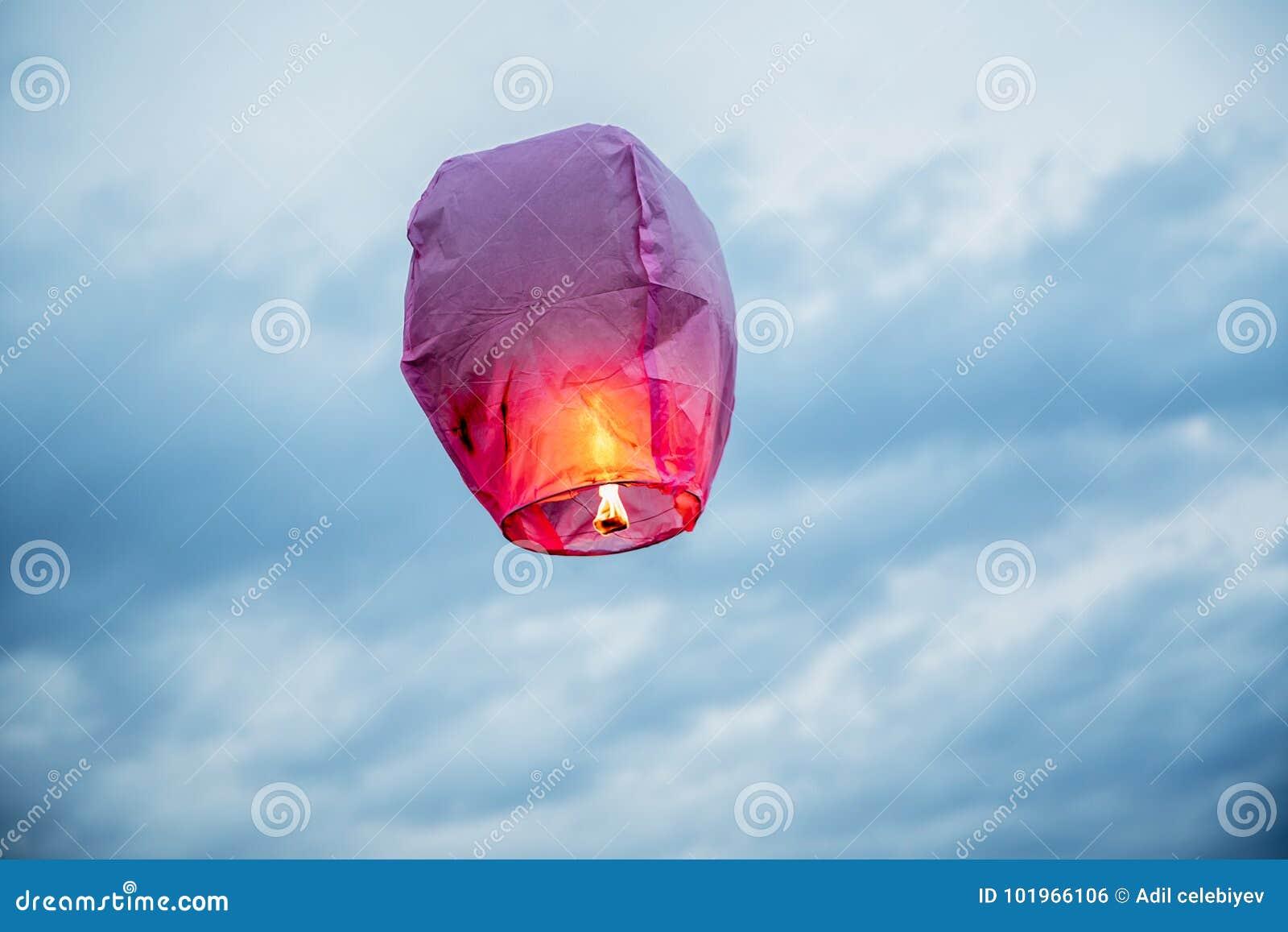 Montez en ballon les lanternes de vol de lanterne de ciel du feu, montgolfières que la lanterne pilote fortement dans le ciel