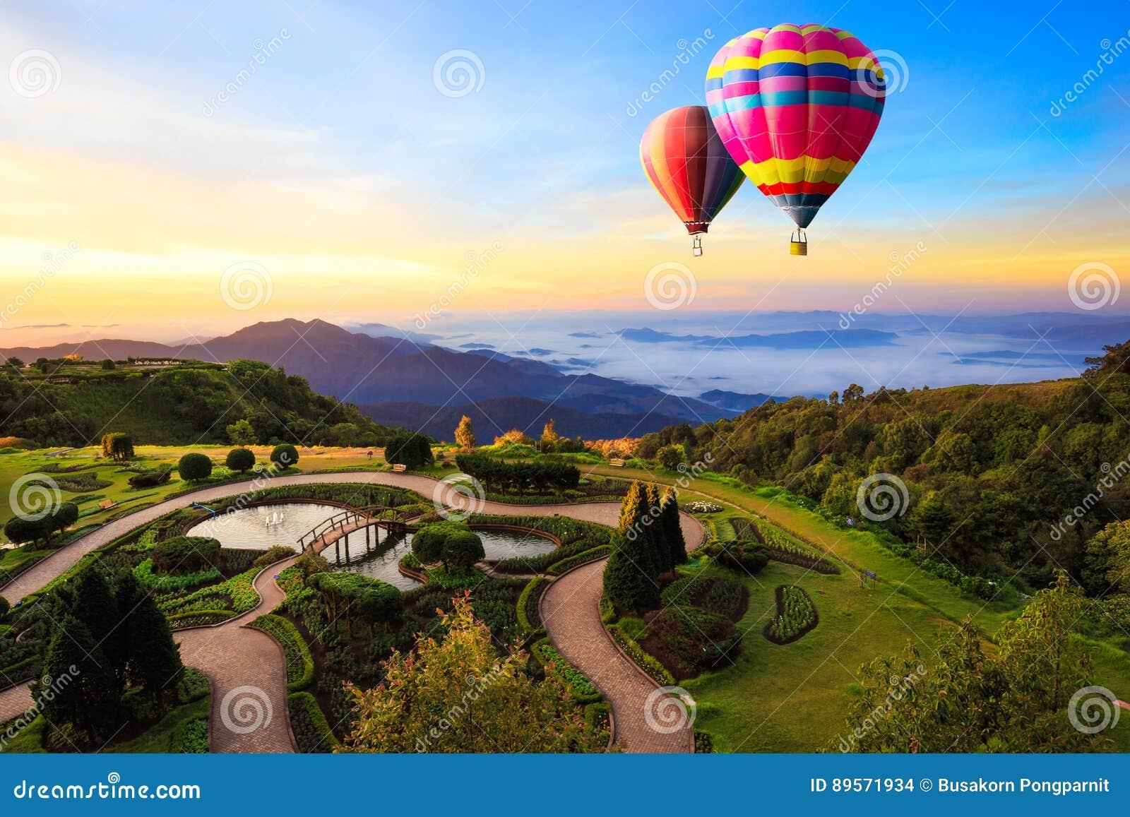 Montgolfières colorées volant au-dessus de la montagne