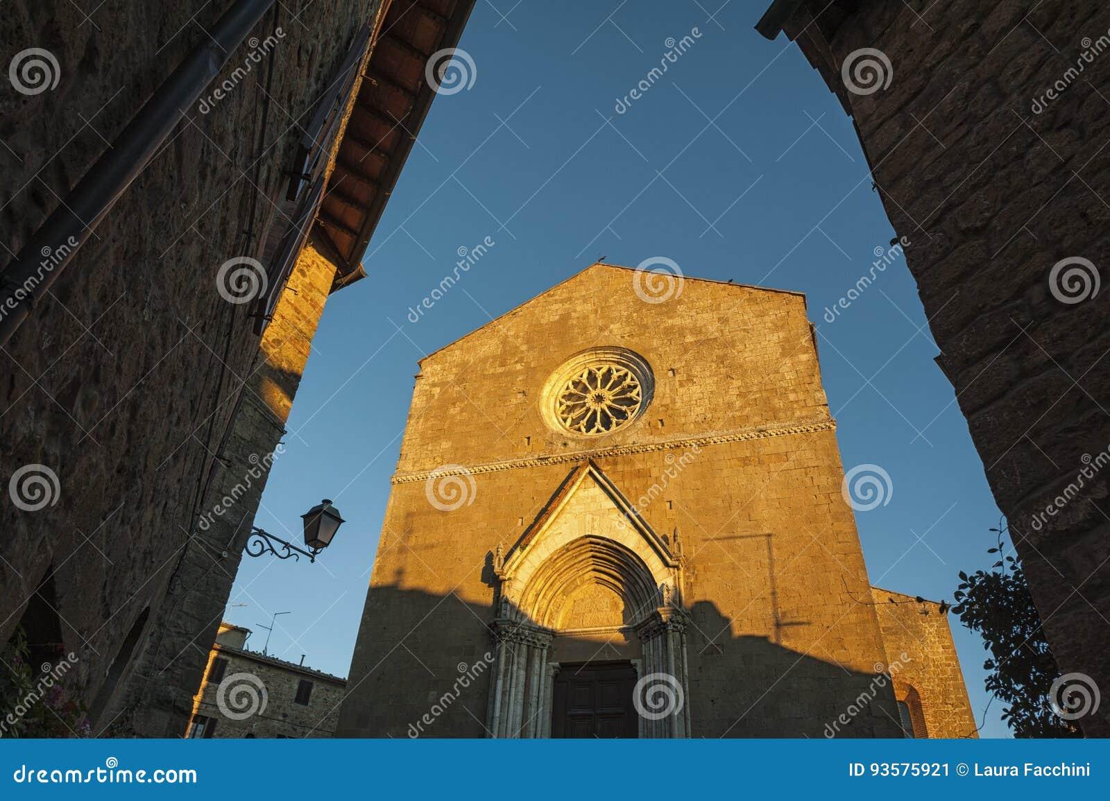Montichiello - Itália, o 29 de outubro de 2016: Rua quieta em Montichiello, Toscânia com as janelas shuttered típicas e as ruas p
