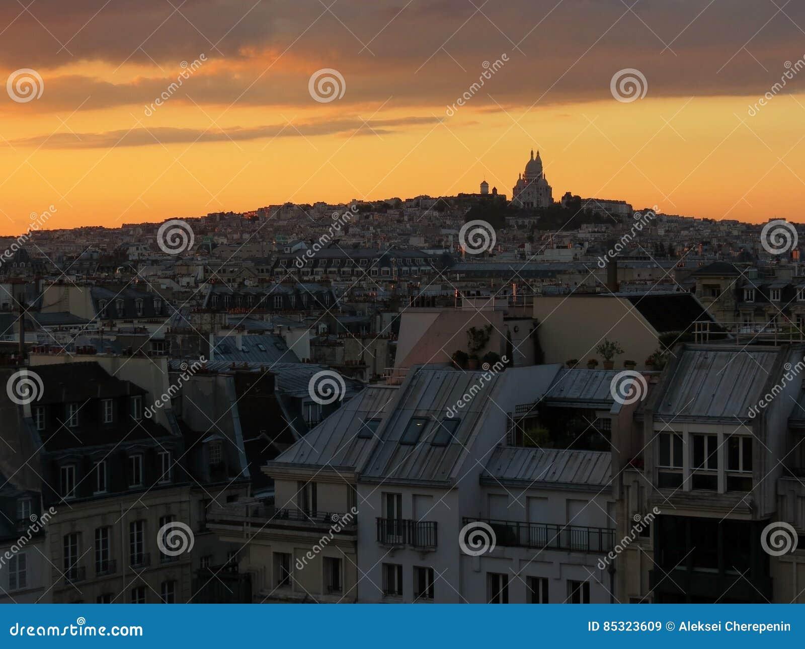 Montmartre sikt från mitten Georges Pompidou under solnedgång