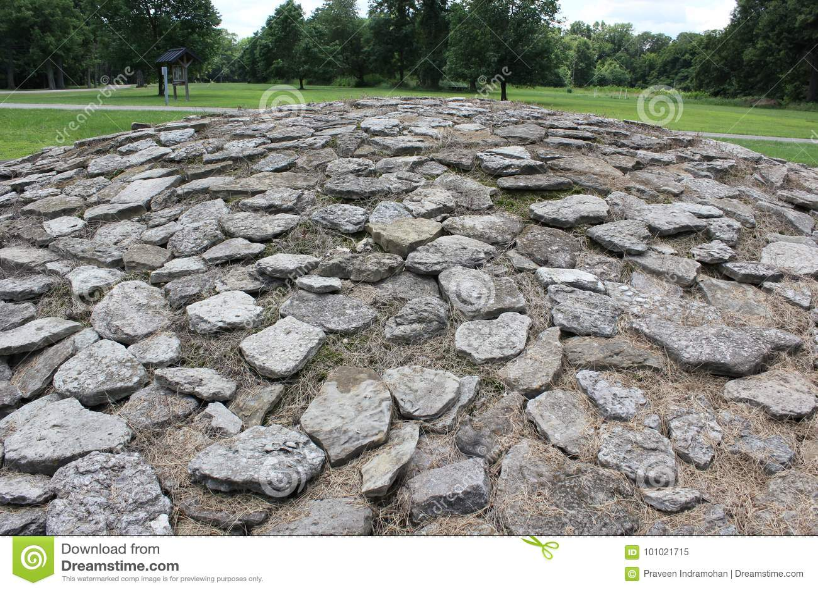 Montones de piedra de la piedra caliza en el fuerte antiguo