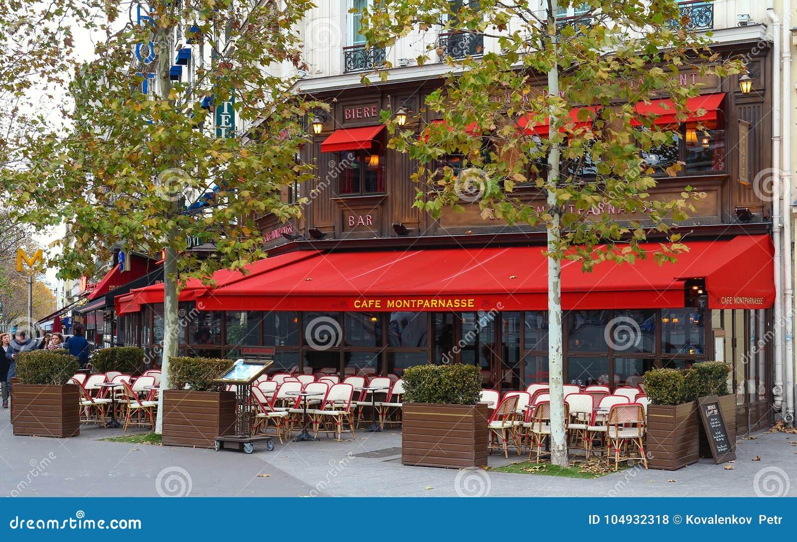 Montparnass是蒙巴纳斯大道的一个典型的巴黎人咖啡馆位于巴黎,法国