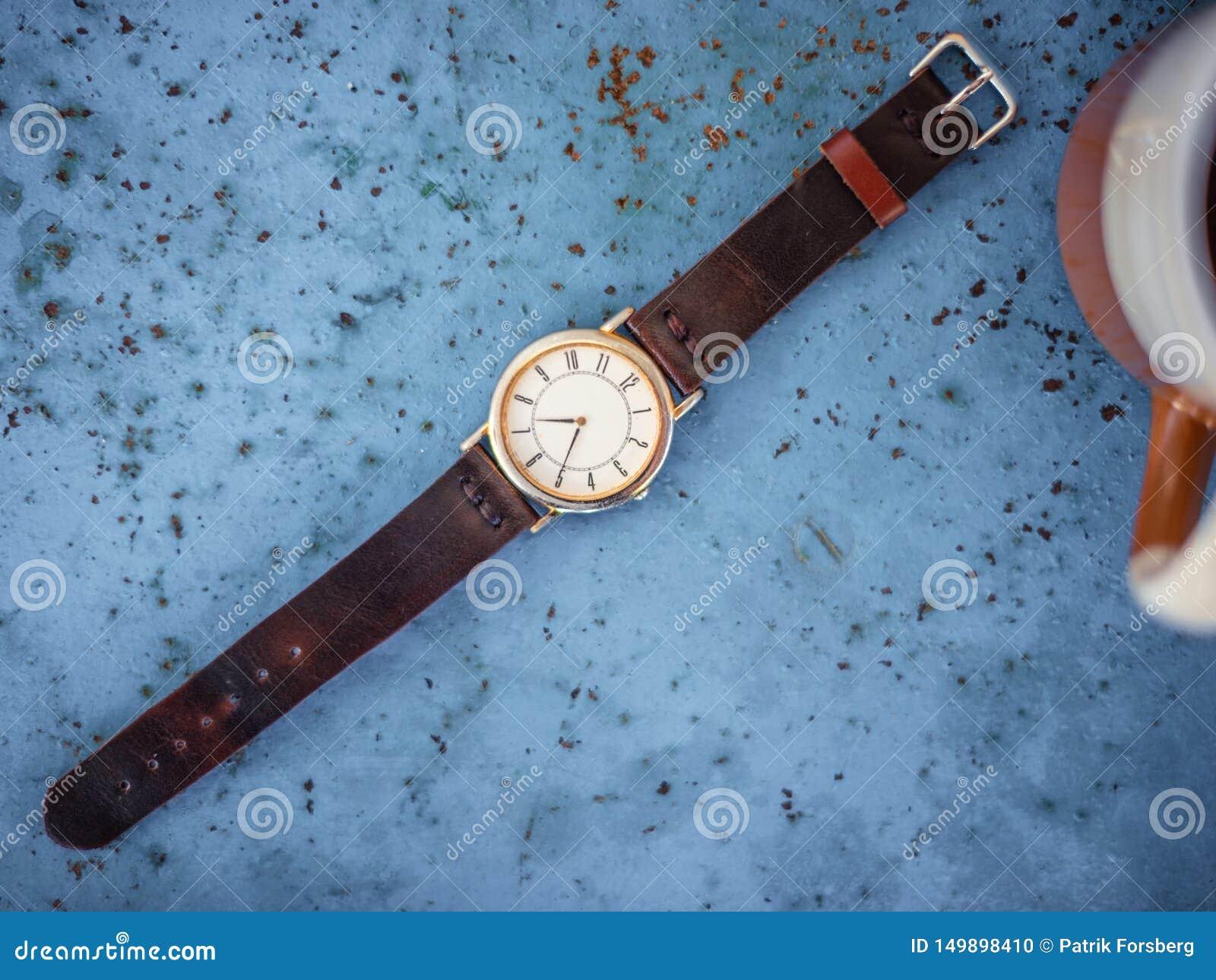 Or/montre argentée de cru avec le bracelet en cuir brun