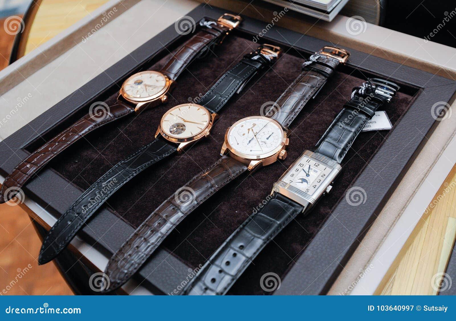 Montre-bracelet sur le plateau