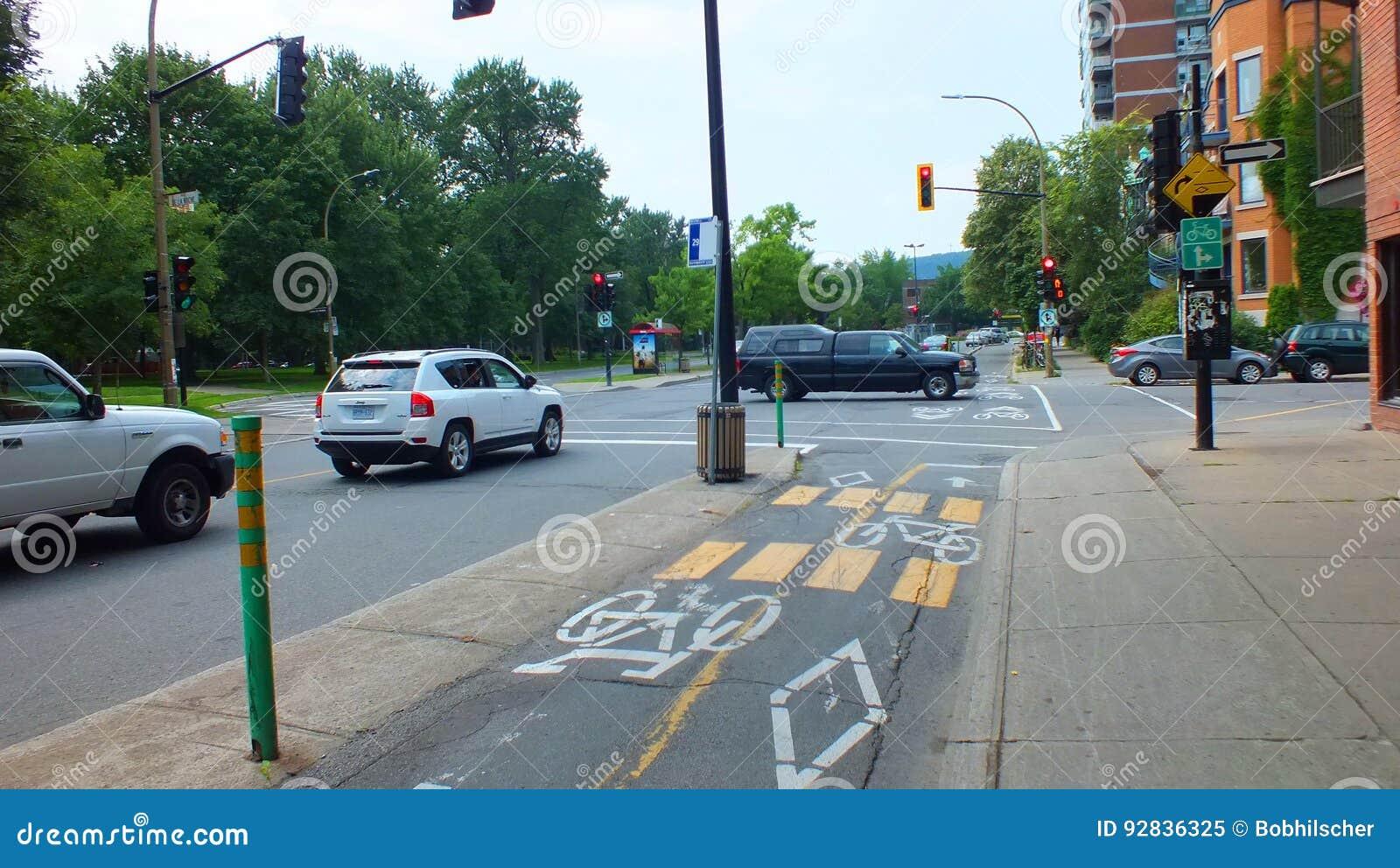 Montreal, CA julio de 2013, carril de la bici firma en un carril de ciclo de la ciudad
