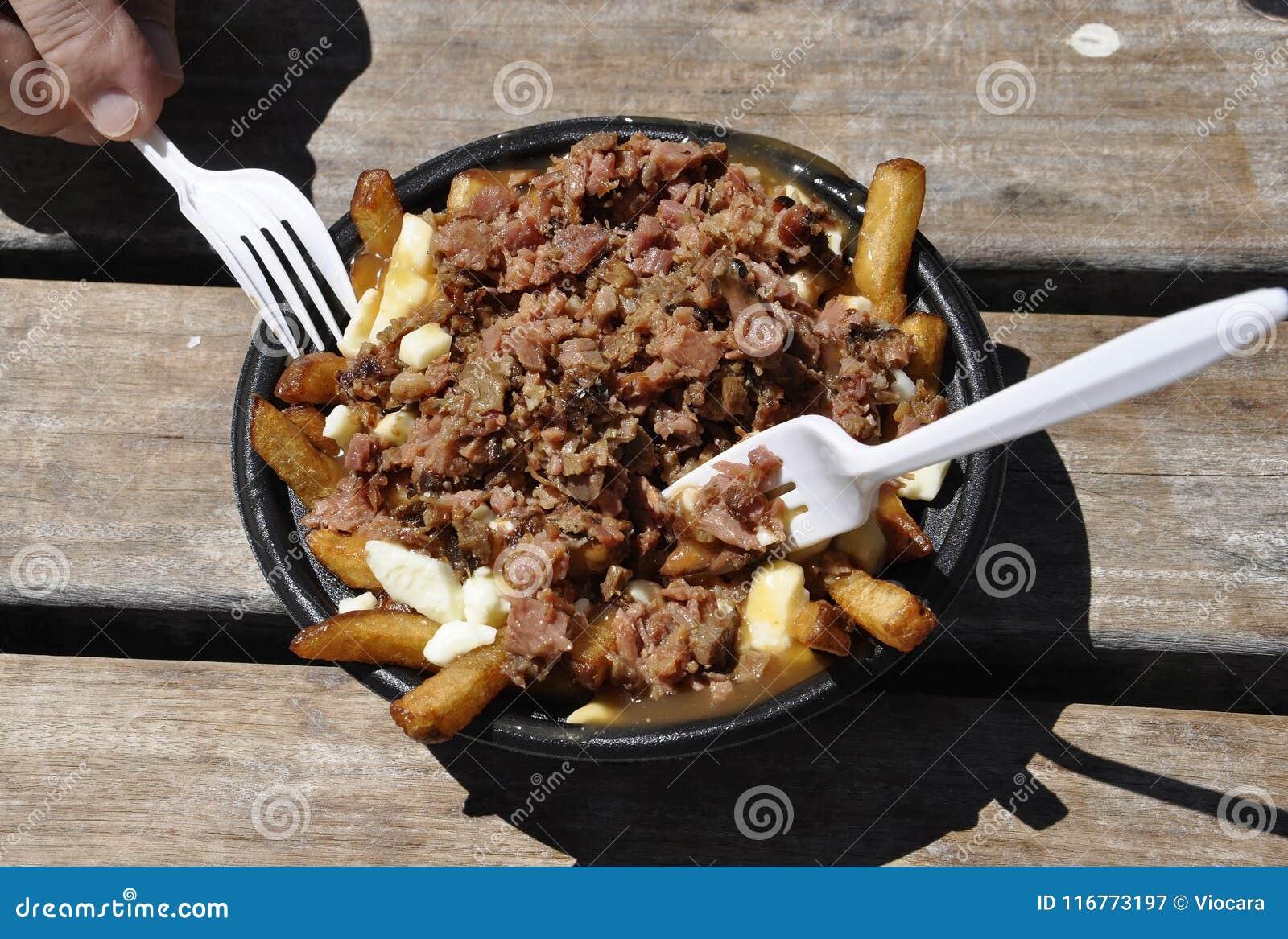 Montreal, el 26 de junio: Carne ahumada con la placa de los patatoes del puerto de Vieux de Montreal en Canadá
