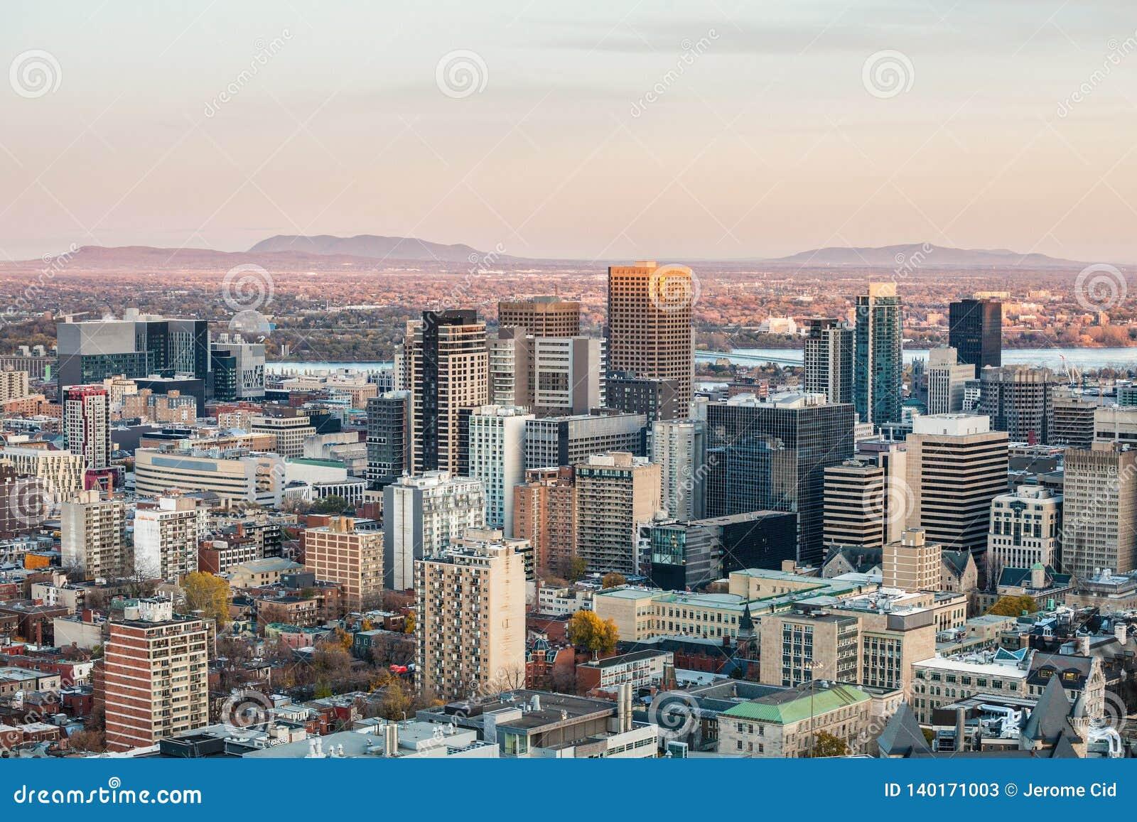 Montreal linia horyzontu z ikonowymi budynkami śródmieście i CBD biznesowi drapacz chmur brać od Mont Królewskiego wzgórza,