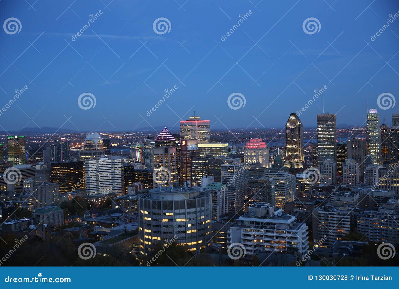 Montreal miasta linia horyzontu przy nocą