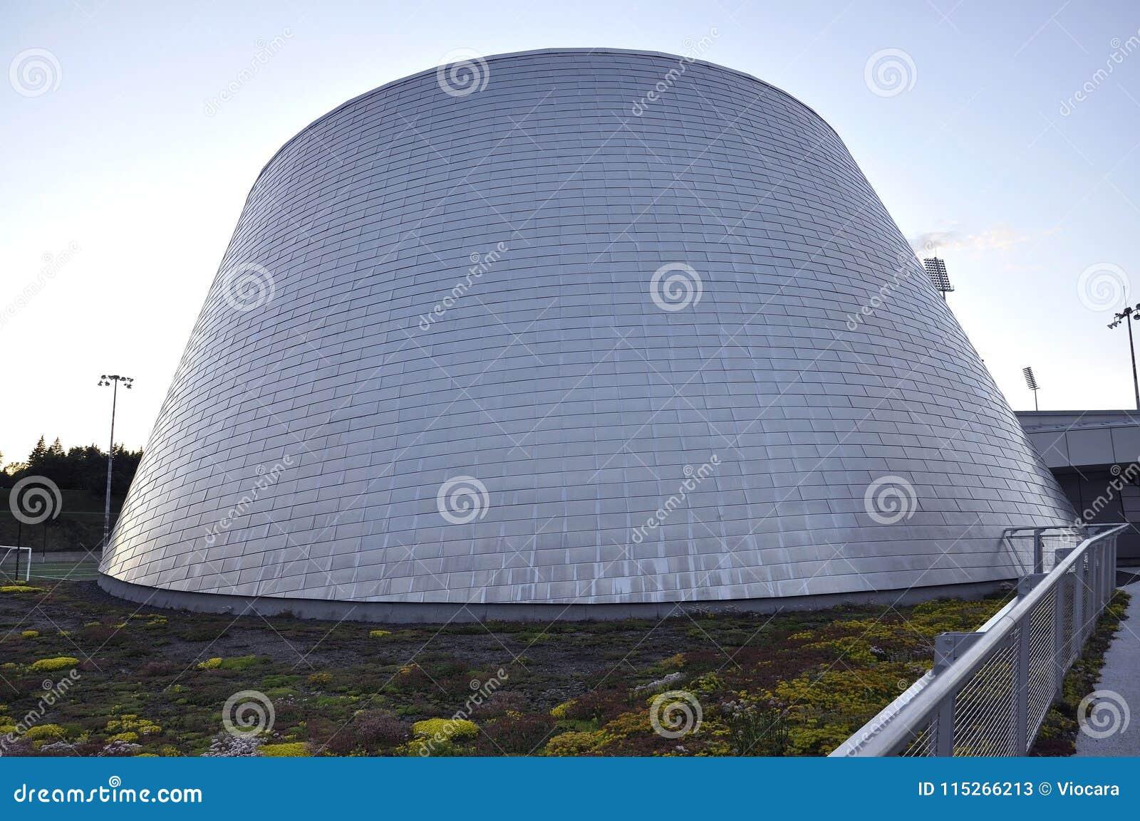 Montreal, o 27 de junho: Parque olímpico com Rio Tinto Alcan Planetarium de Montreal na província de Quebeque de Canadá