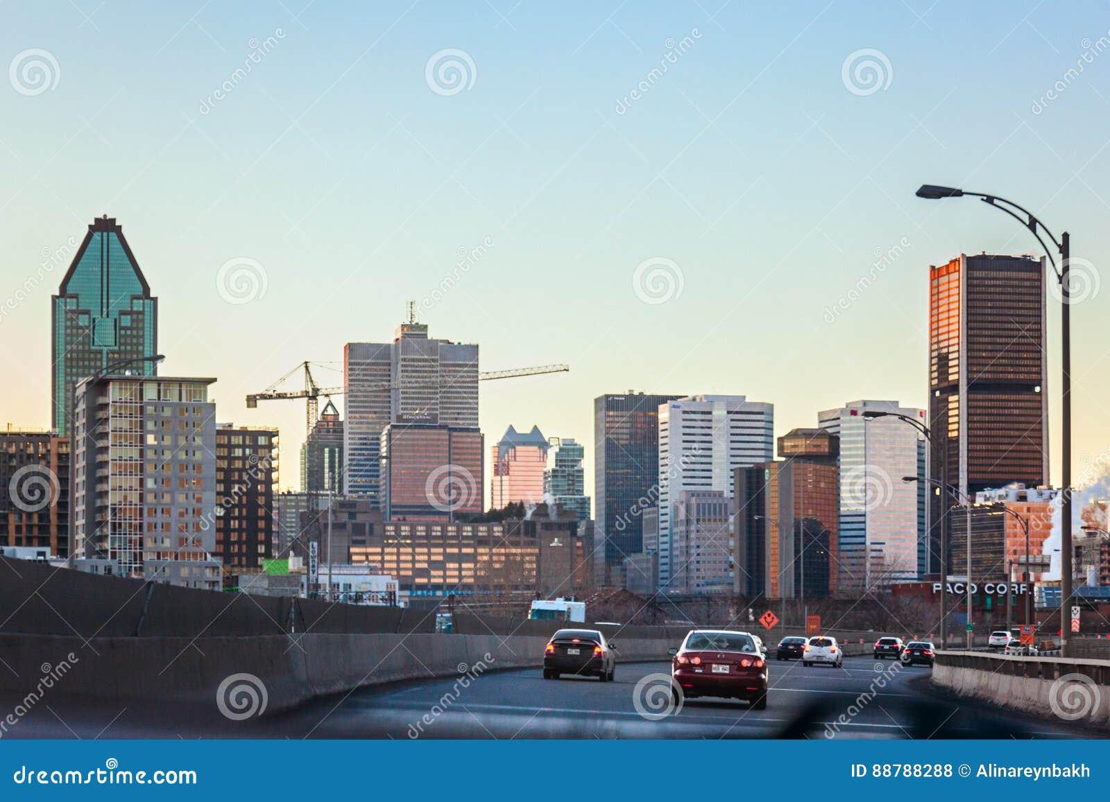 Montreal, Quebec, Canadá - 11 de marzo de 2016: Tarde en la ciudad céntrica de Montreal, puesta del sol temprana Opinión del cami