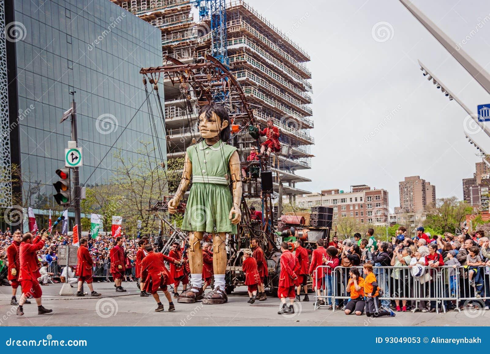 Montreal Quebec, Kanada - Maj 21, 2017: Förlägga des-festivaler - liten flickajättedockan
