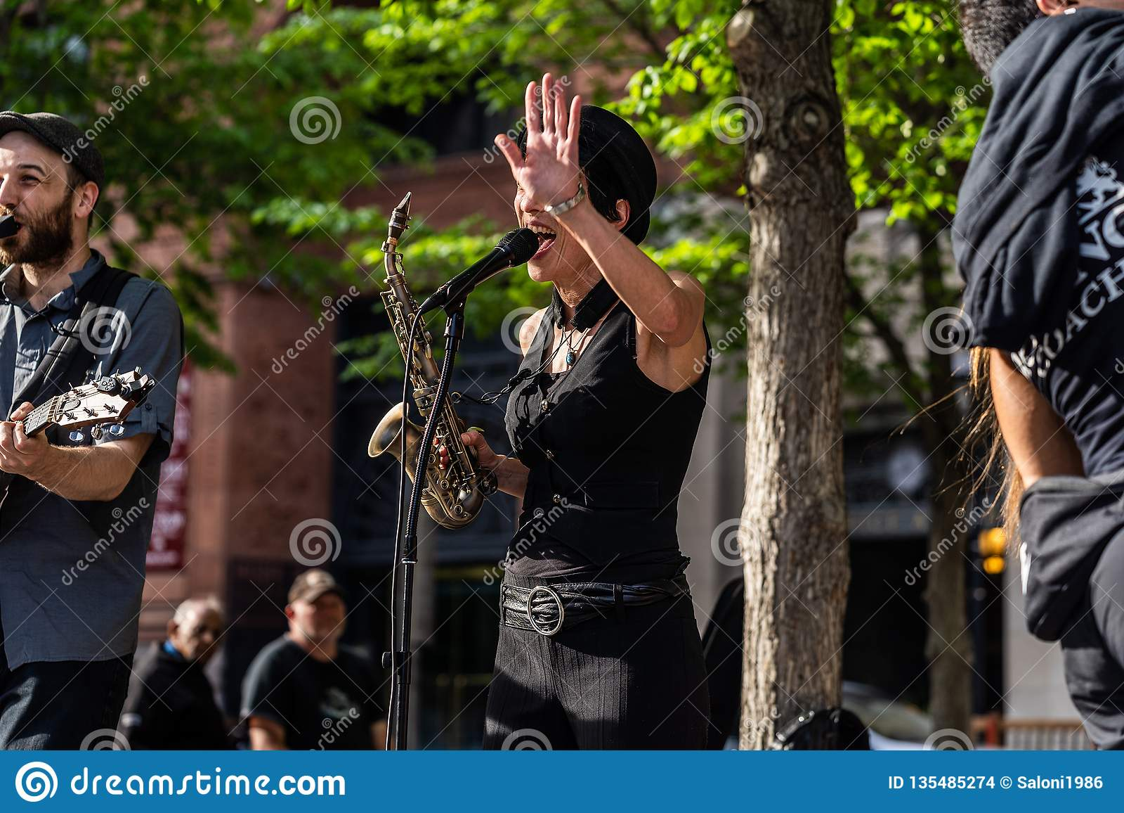 MONTREAL, QUEBEC KANADA, MAJ, - 21, 2018: Uliczni muzycy przy Montreal parka terenem