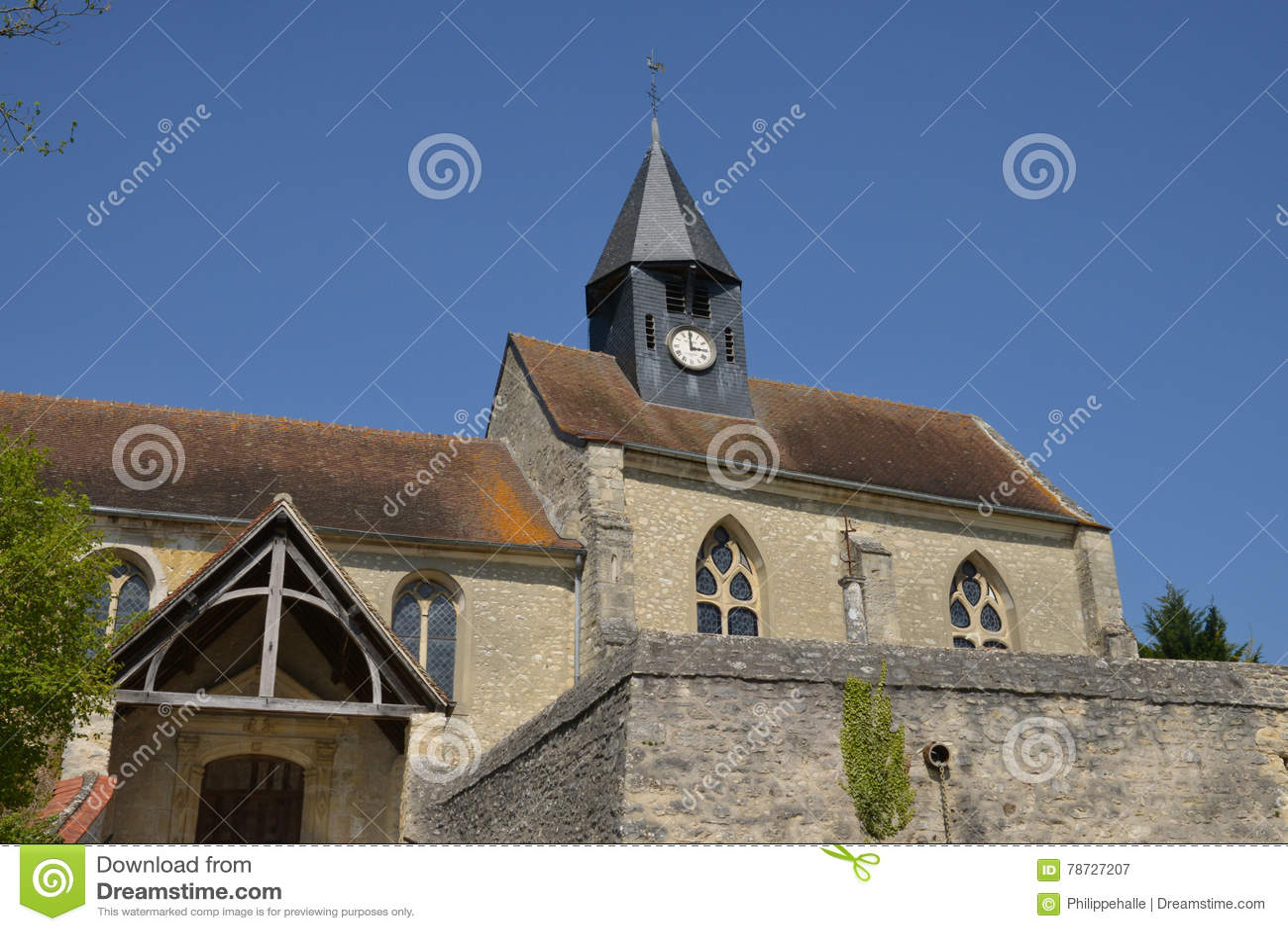 Montreuil sur Epte, Frankrike - april 21 2015: Stet Denis fick