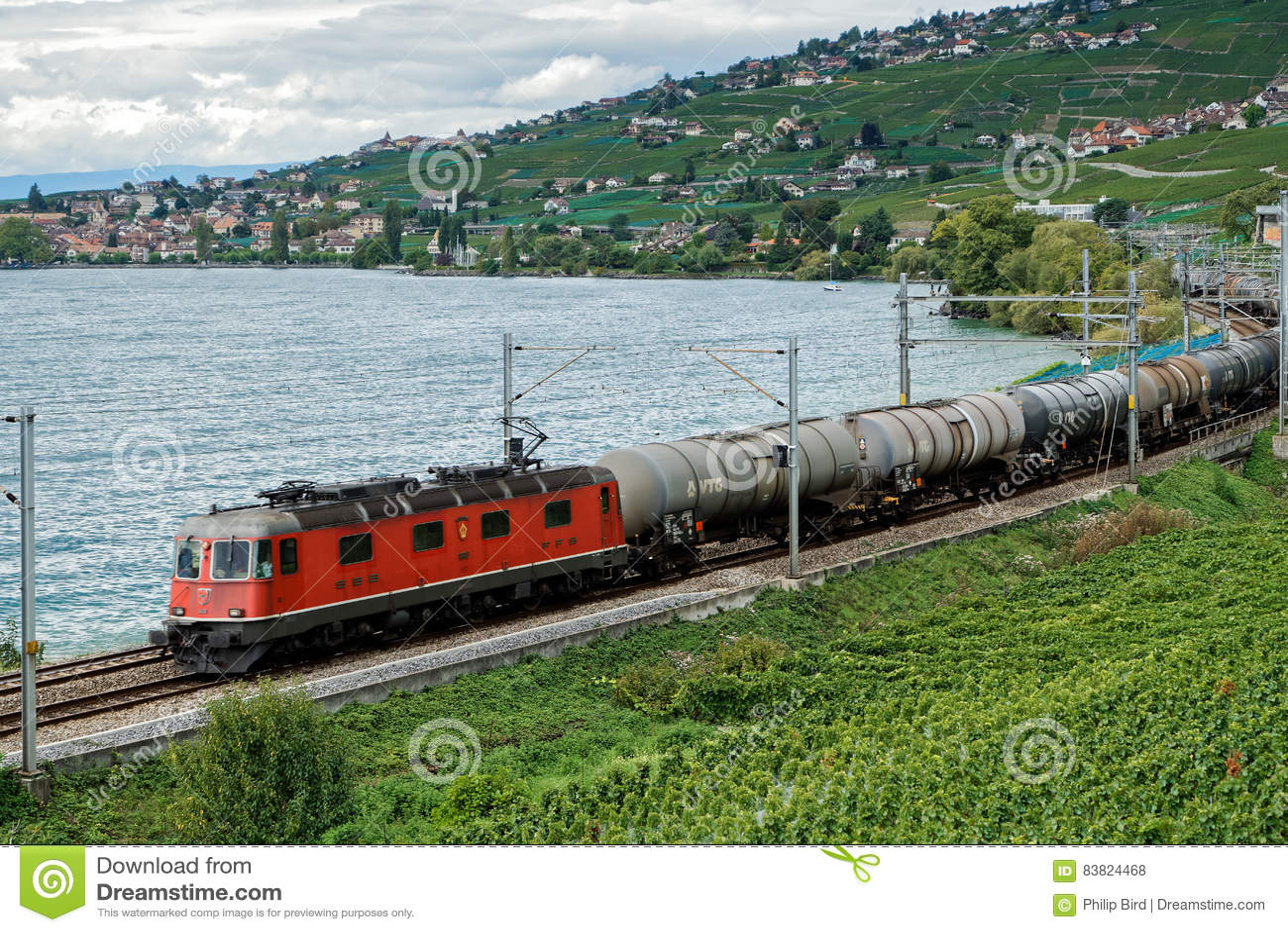 MONTREUX/SWITZERLAND - 14 DE SEPTIEMBRE: Tren de carga que pasa el alon
