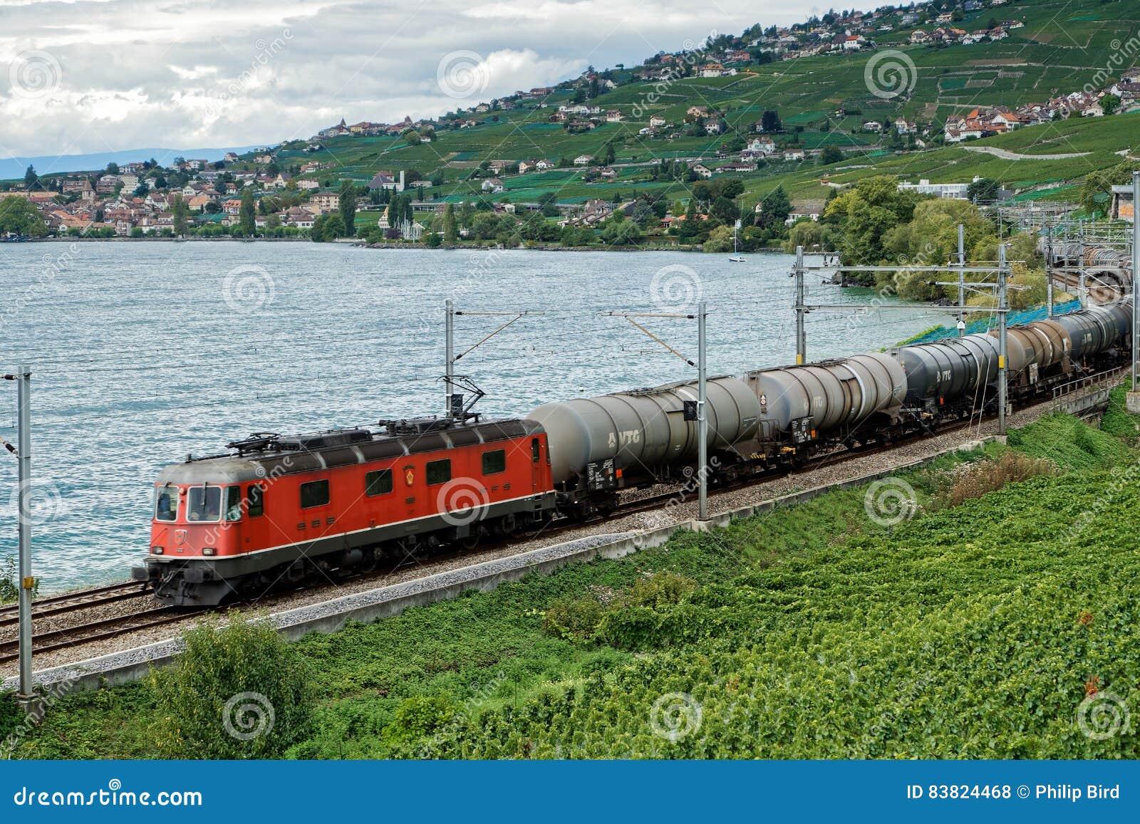MONTREUX/SWITZERLAND - 14 SEPTEMBER: Goederentrein die alon overgaan