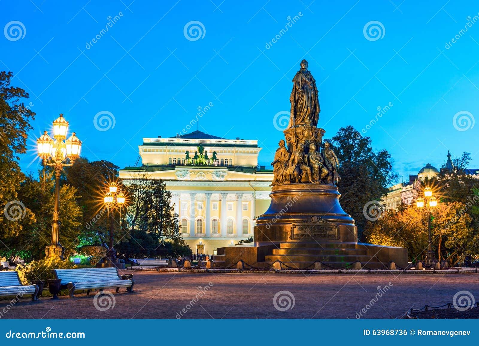 Monument à Catherine II, théâtre d Alexandrinsky sur le backgroun