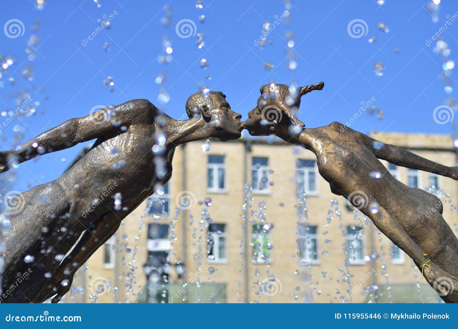 Monument aan minnaars in Kharkov, de Oekraïne - is een boog door vliegen, breekbare cijfers van een jonge mens en een meisje dat,