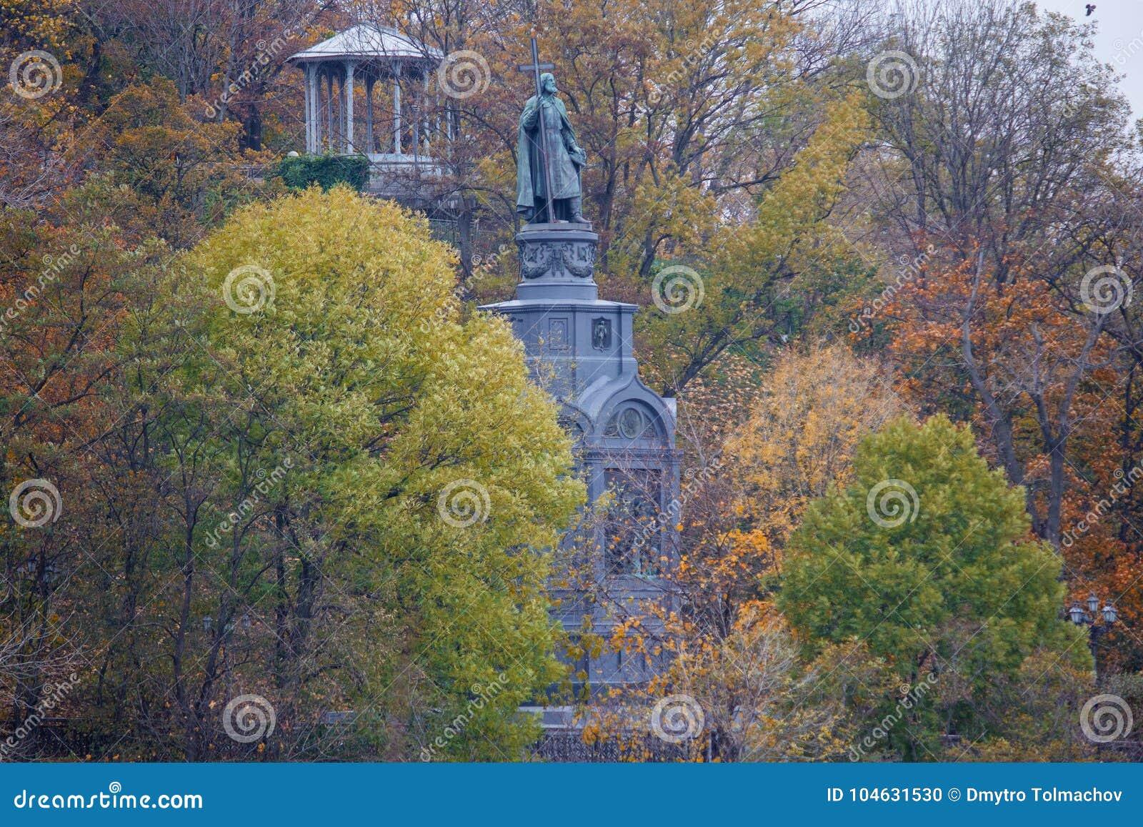Download Monument Aan Prins Vladimir Van De Kruisen, Door Kleurrijke Bomen Worden Omringd Die Kiev Stock Foto - Afbeelding bestaande uit architectuur, christendom: 104631530