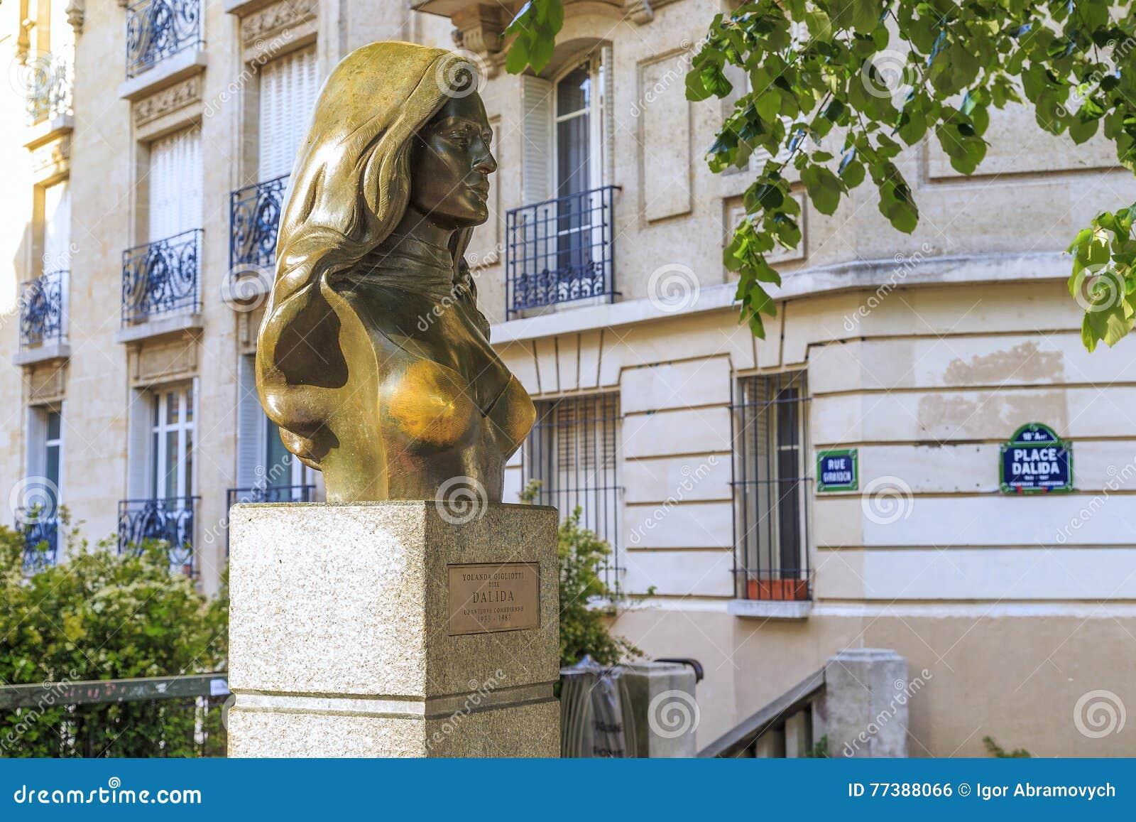 Monument au chanteur Dalida à Paris