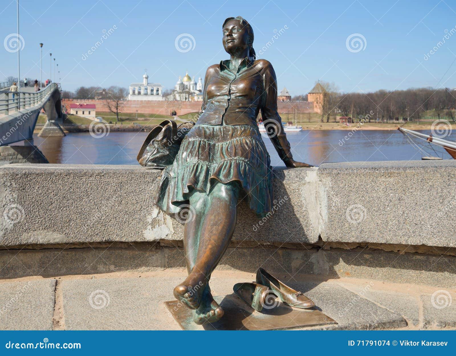 Monument au plan rapproché de fille-touriste Veliky Novgorod
