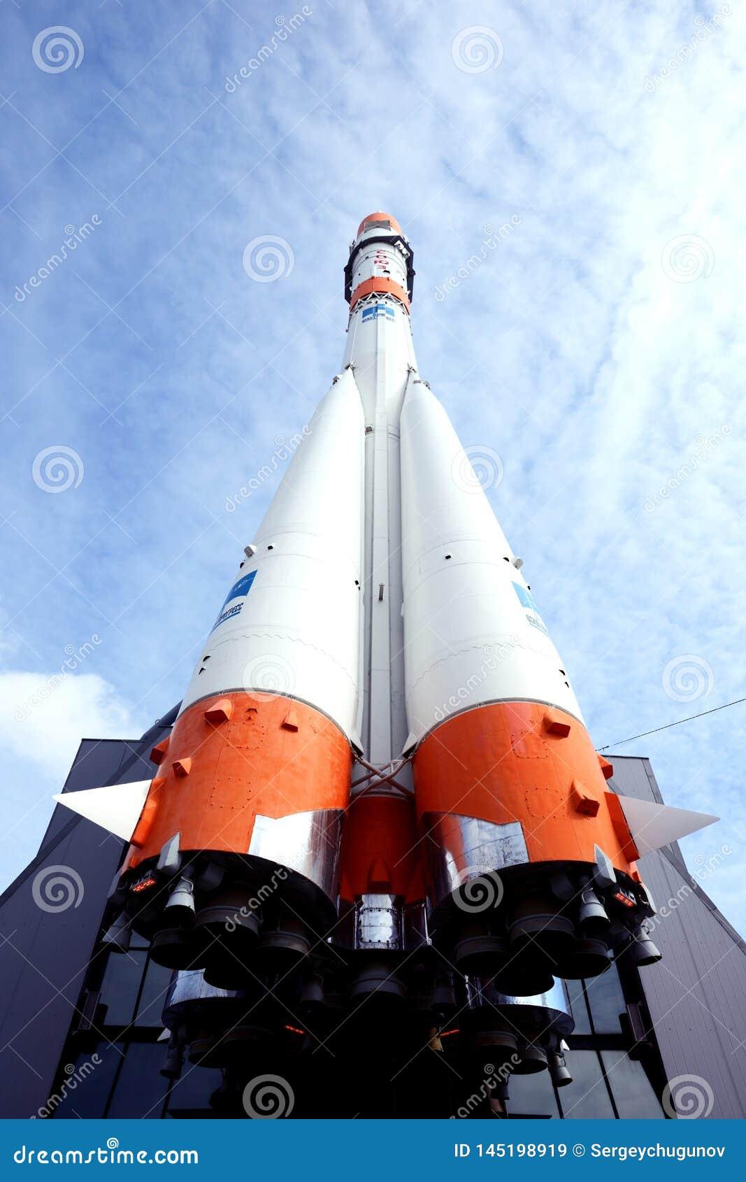 Monument av den Soyuz raket på museet av utforskning av rymden i samaraen, Ryssland