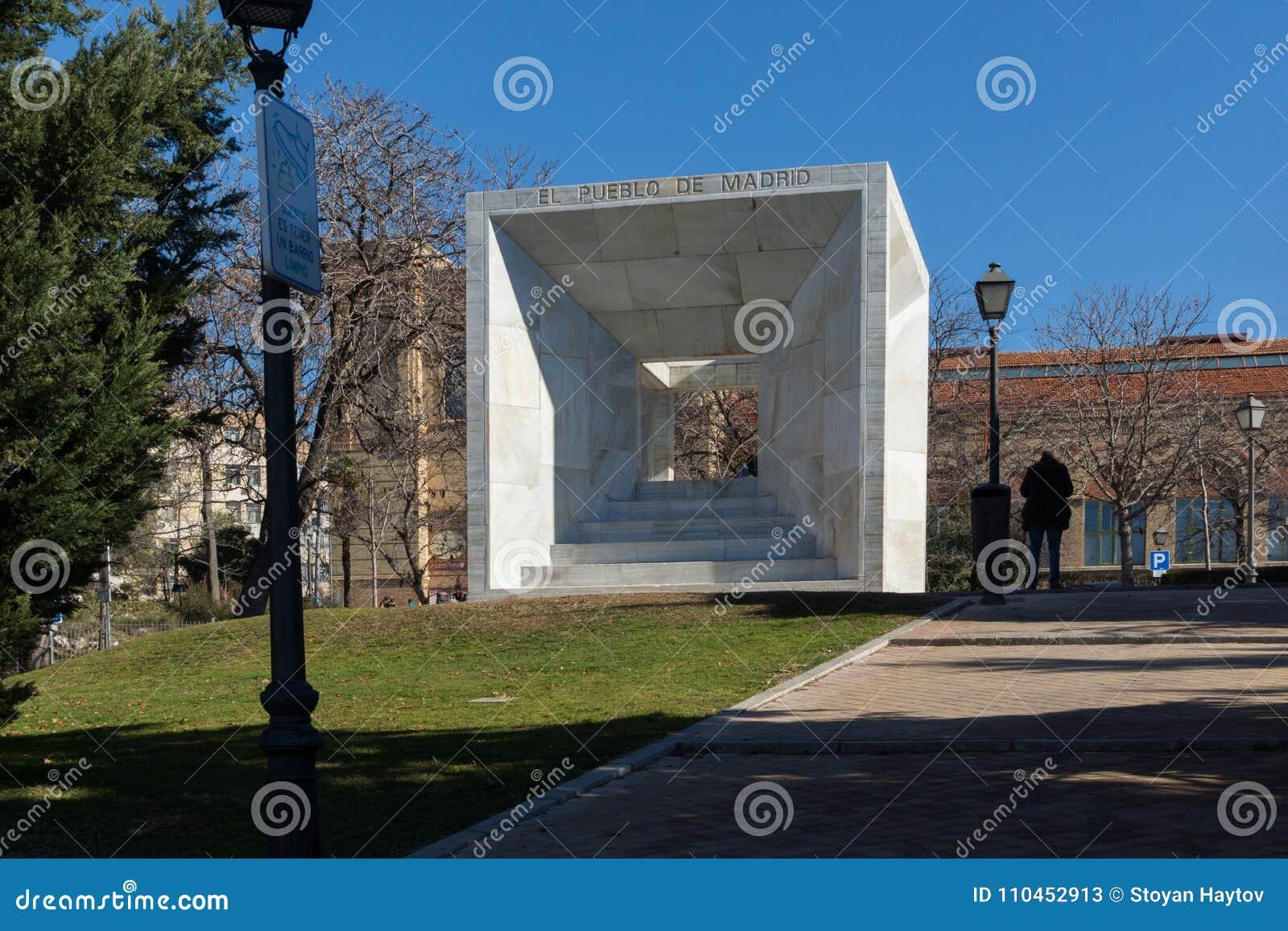 Monument av folket av Madrid på den Paseo de la Castellana gatan i stad av Madrid, Spanien