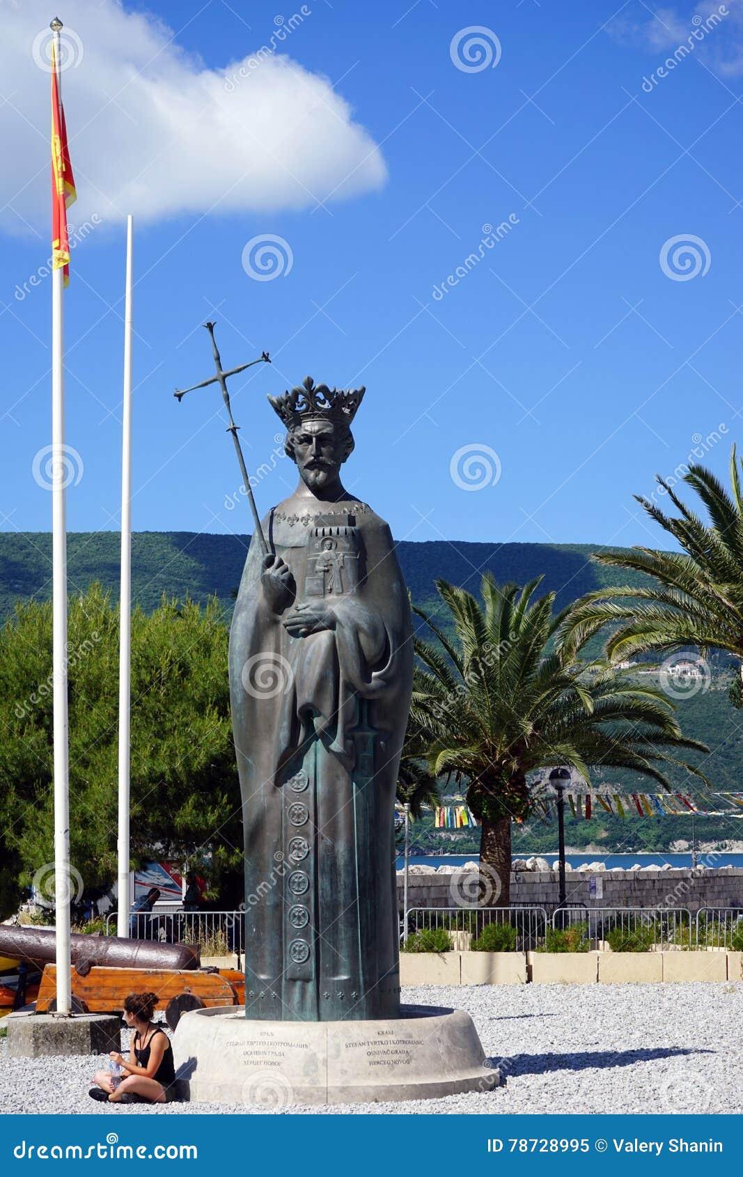 Monument av konungen Tvrtko I i hamnstad i staden av Herceg