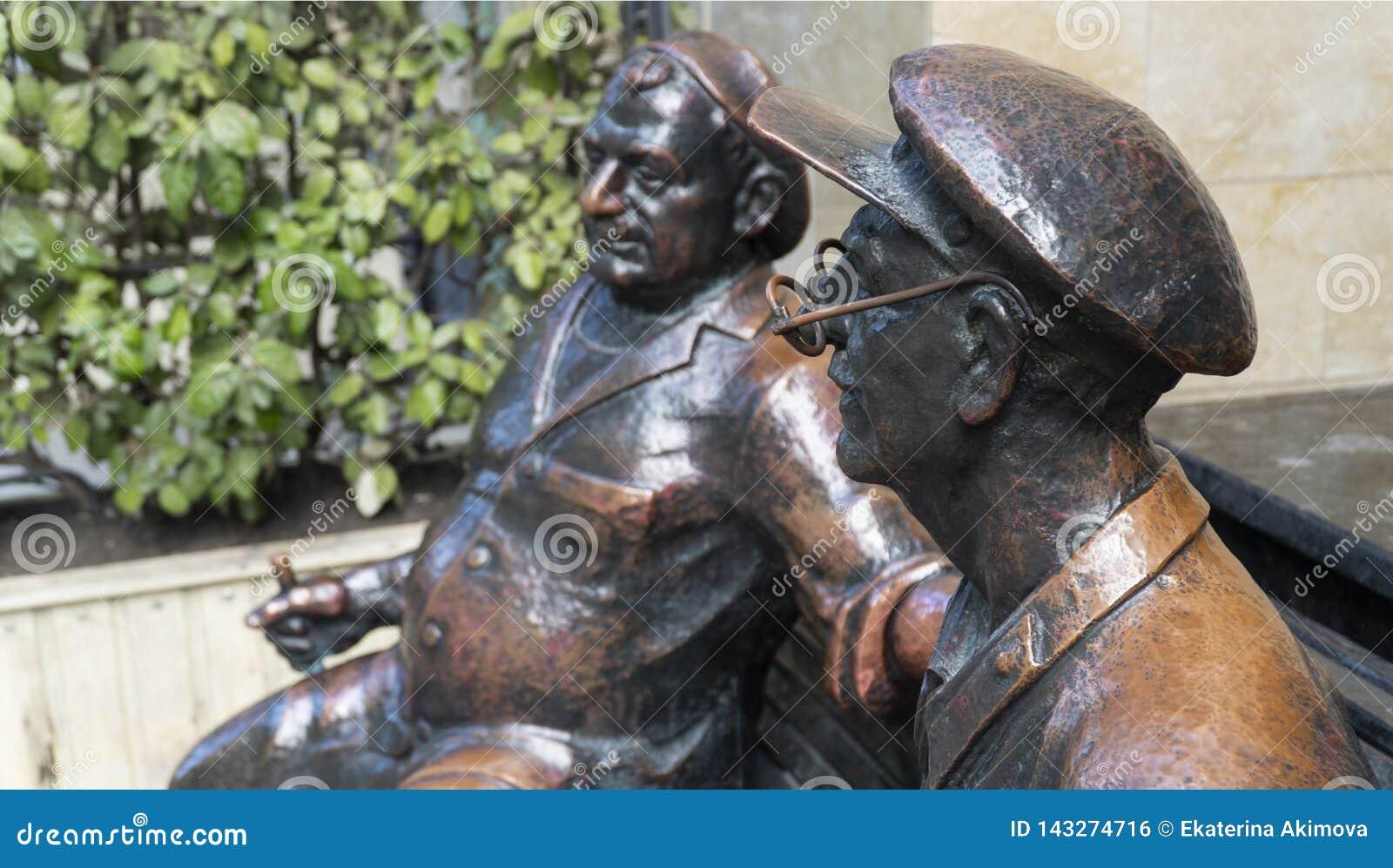 Monument de Georgians sur un banc