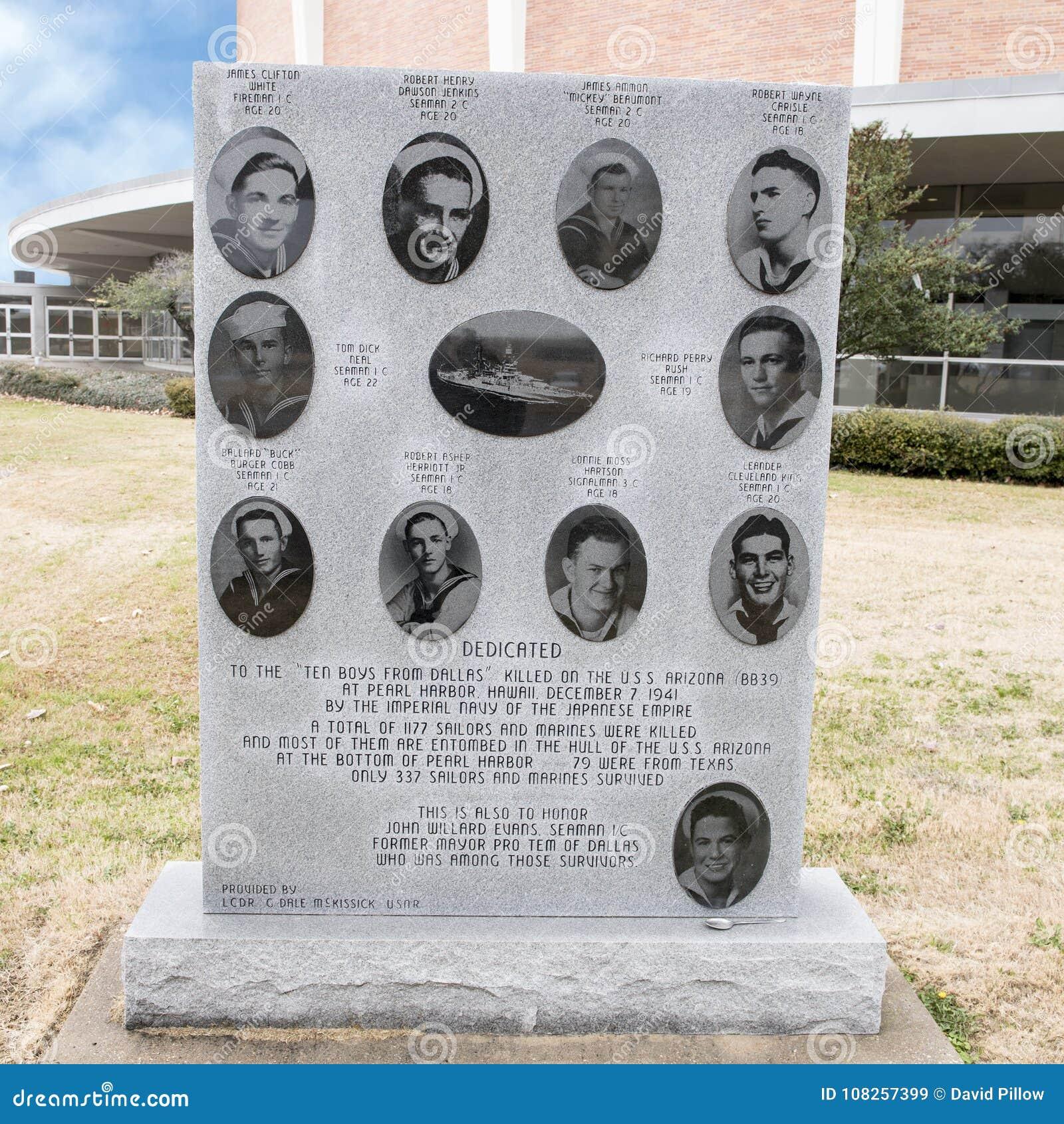 Monument de guerre à Dix garçons de Dallas dans le jardin commémoratif de vétérans avec Dallas Memorial Auditorium à l arrière-pl