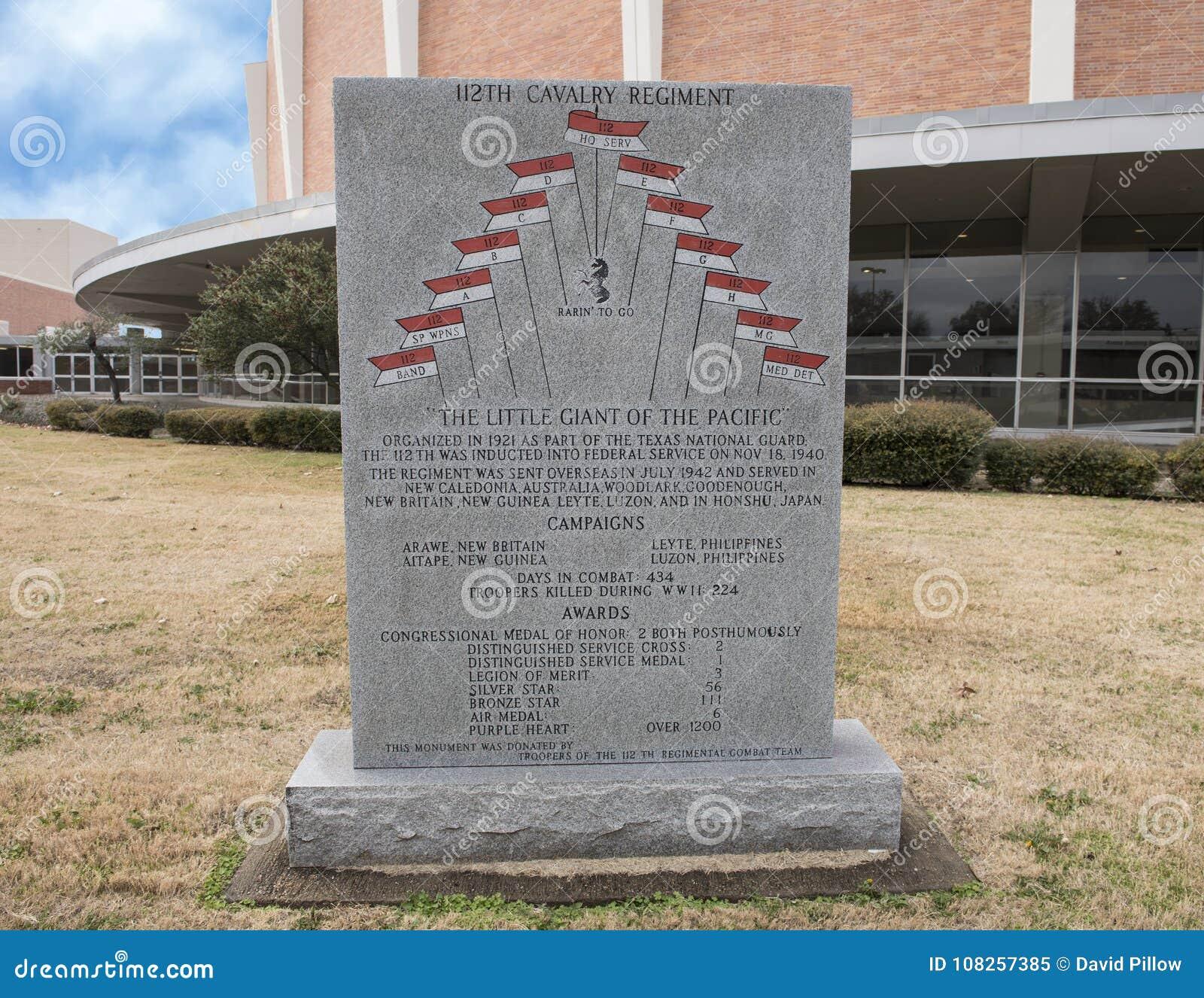 Monument de guerre au 112th régiment de calvaire dans le jardin commémoratif de vétérans avec Dallas Memorial Auditorium à l arri