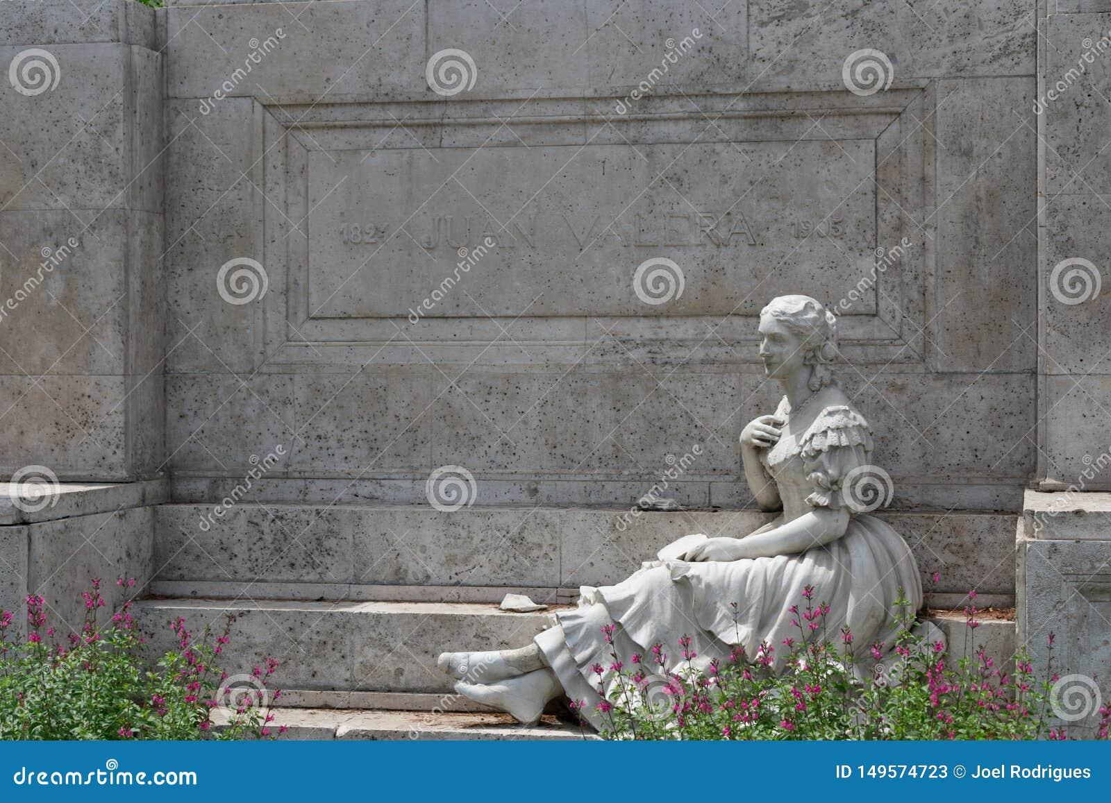 Monument de Juan Valera à Madrid avec la sculpture en pierre de la femme