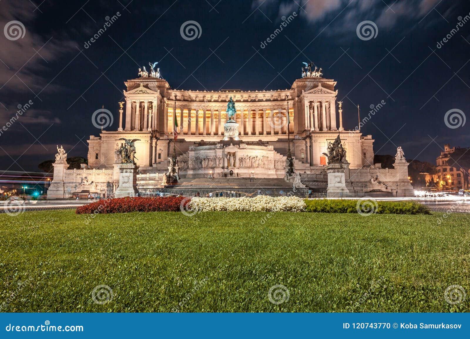 Monument de Vittorio Emmanuel II sur la place de Venise à Rome la nuit,