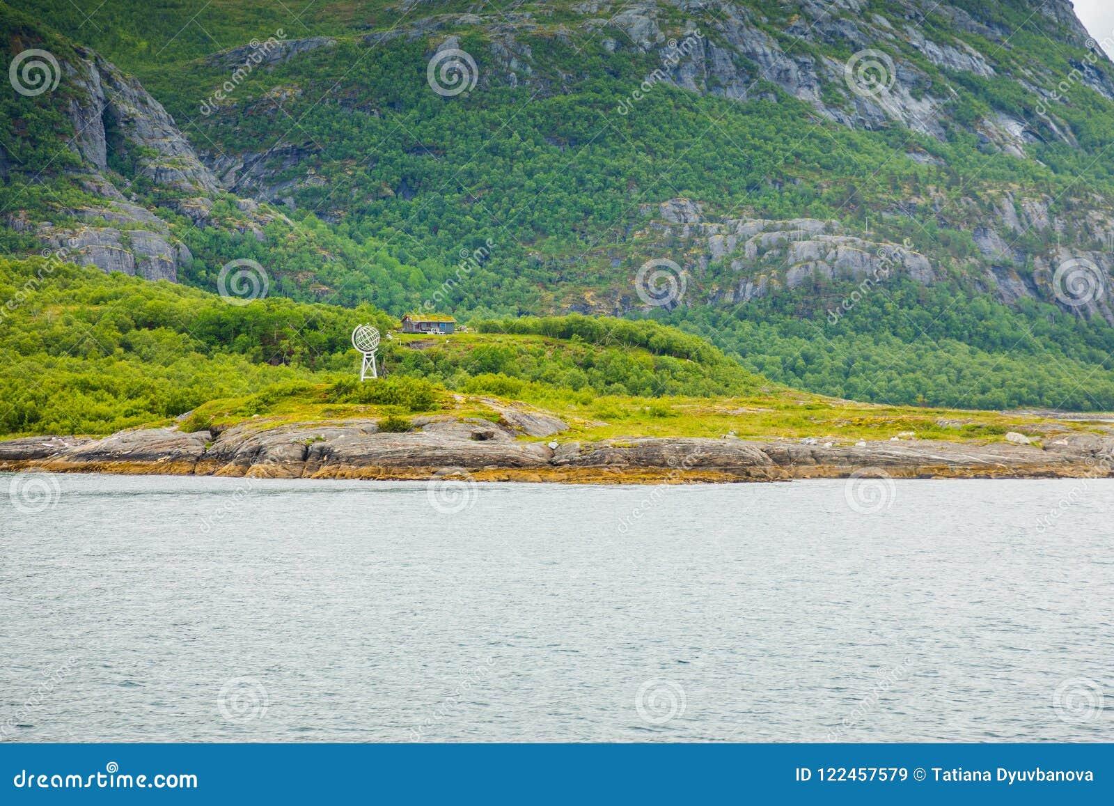 Monument på norra polcirkeln bredvid Melfjord nära Jektvik som är främst av en brant klippa, Norge