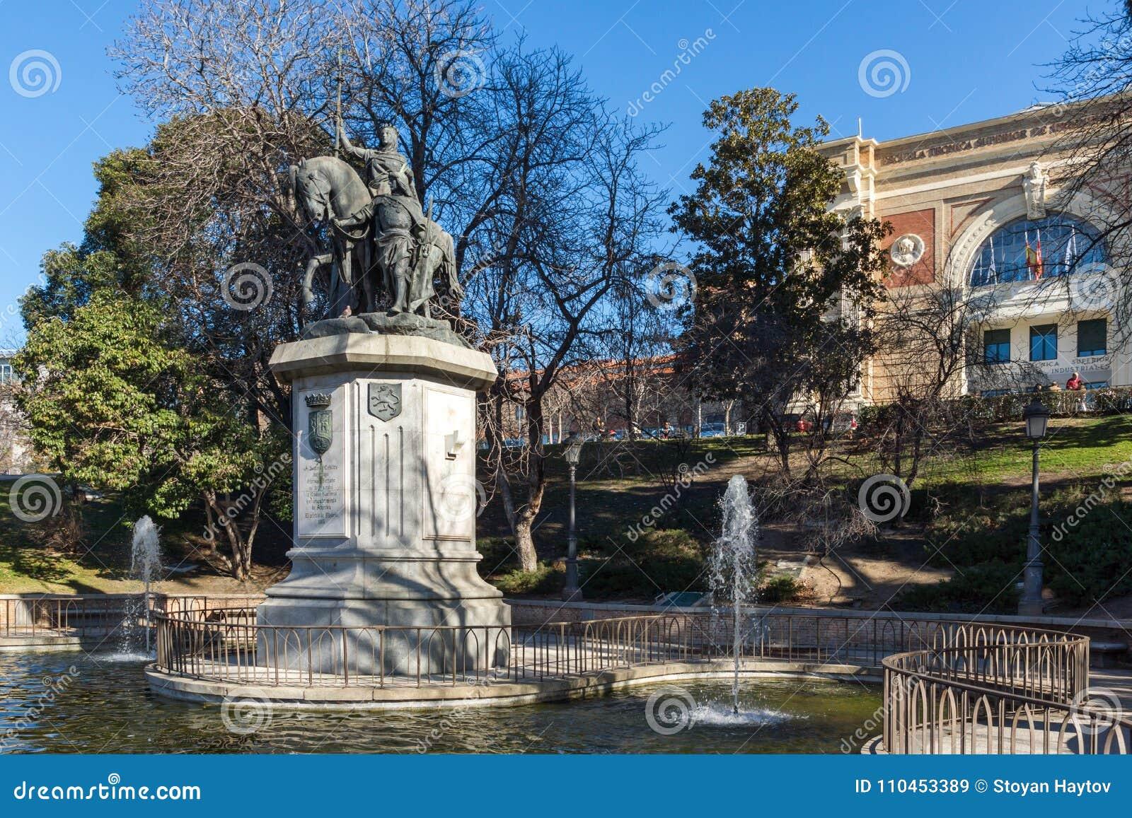 Monument som gör till drottning Isabella I katoliken på den Paseo de la Castellana gatan i stad av Madrid, Sp