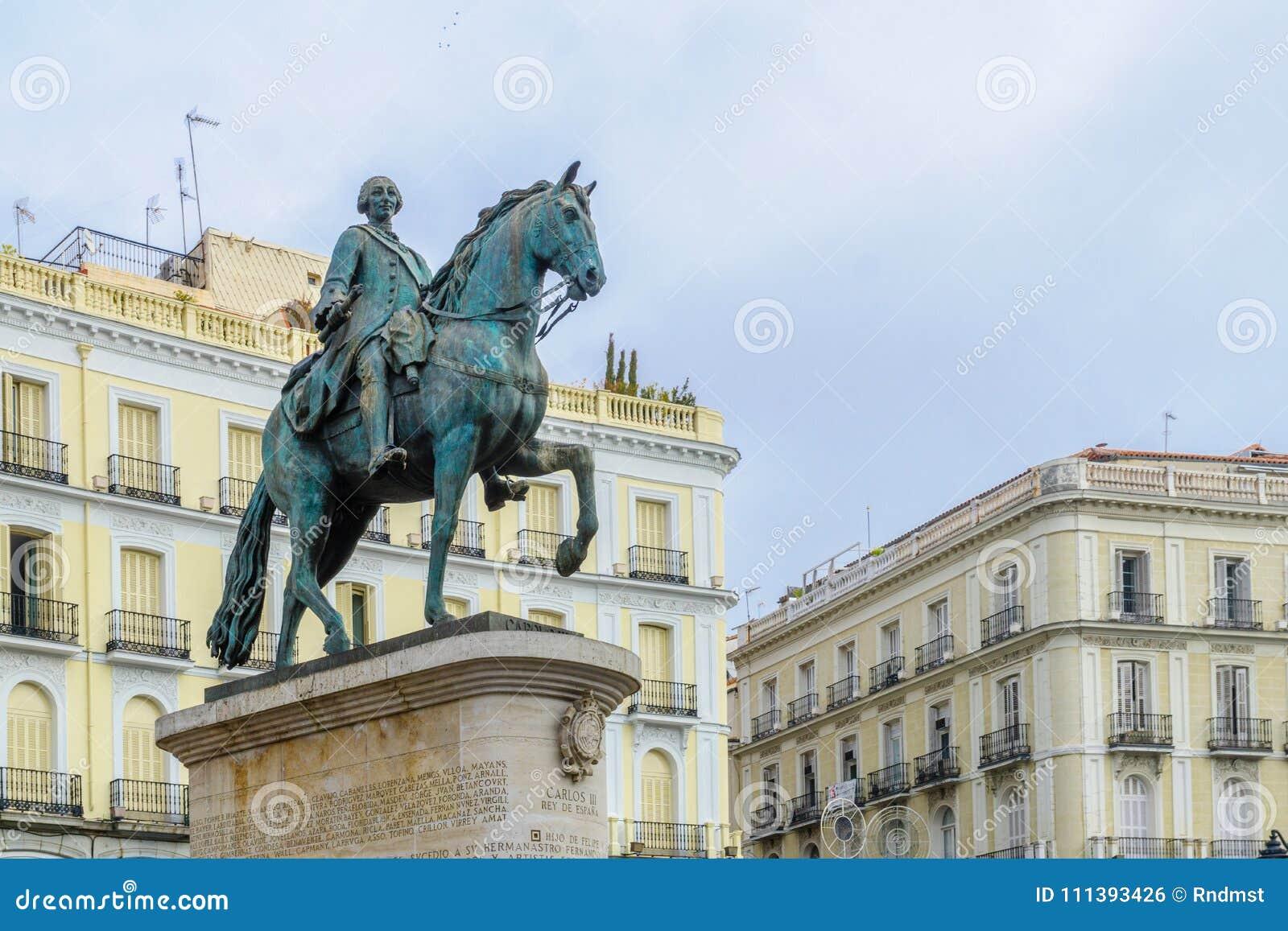 Monument som gör till kung Charles III, Puerta del Sol, Madrid