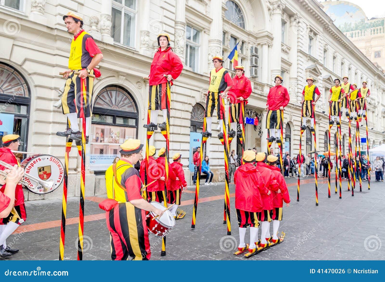 International Street Theatre Company - Steltlopers Merchtem Belgium, Stiltwalkers.