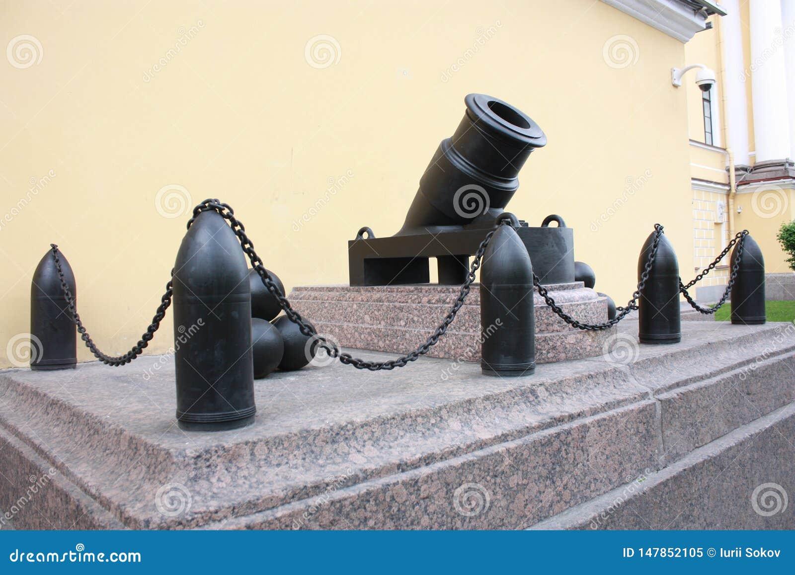 Monument till den gamla kanonen och cannonballsna n?ra Amiralitetetet i Petersburg