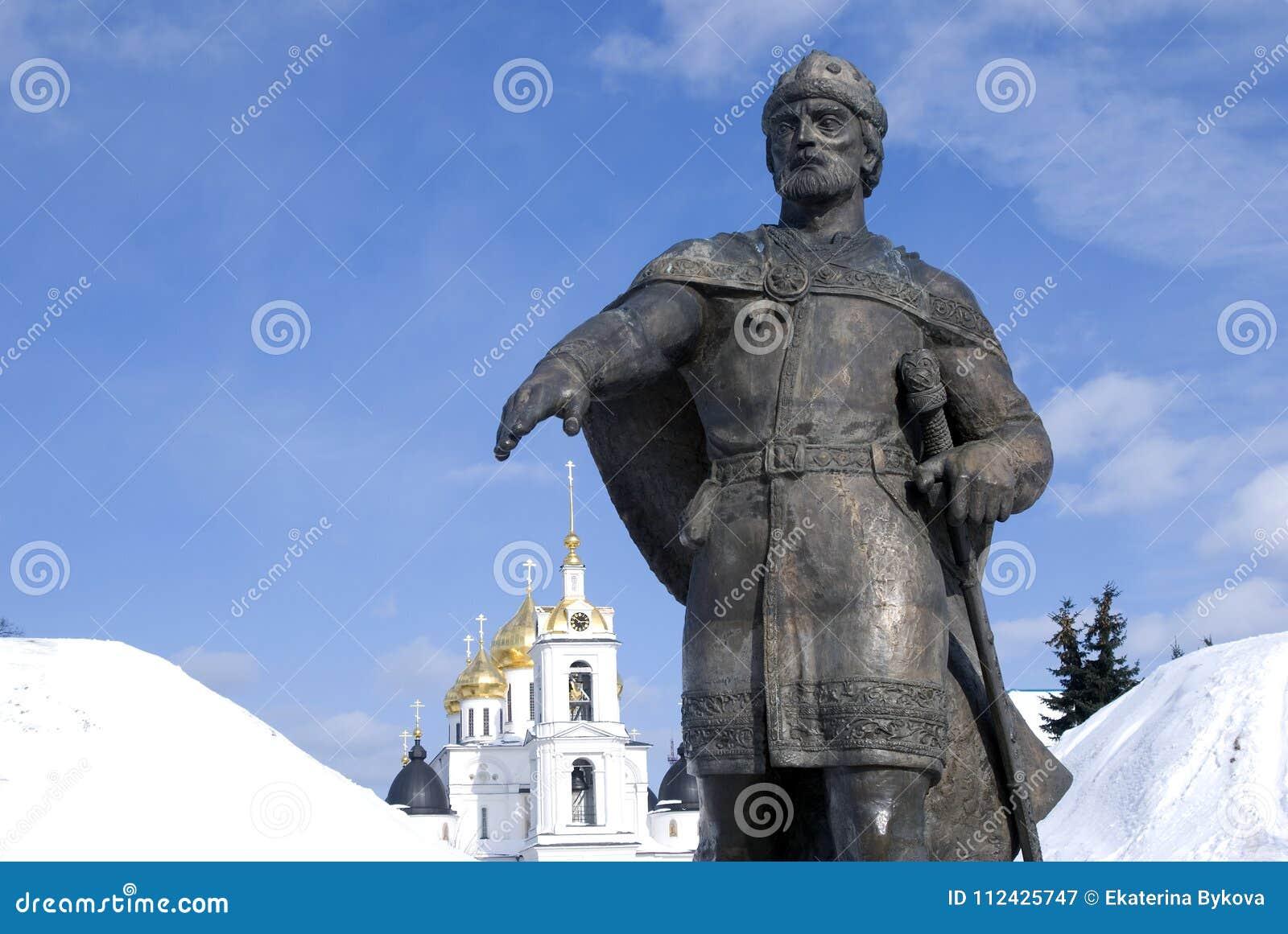 Monument till den Yuri Dolgoruky och antagandedomkyrkan Kreml i Dmitrov, forntida stad i Moskvaregion