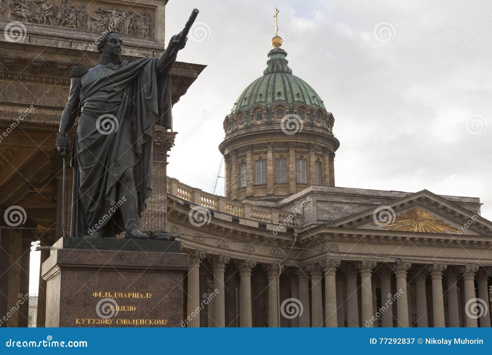 Monument till Mikhail Kutuzov på den Kazan domkyrkan i St Petersburg